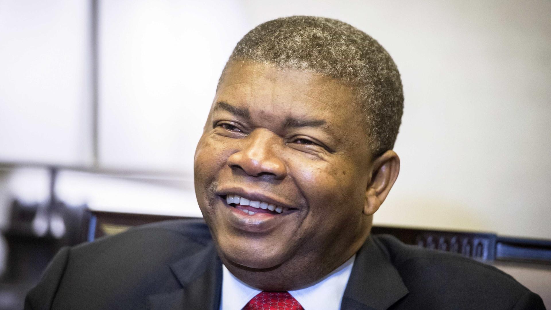 Angola entrega poder ao primeiro Presidente do pós-guerra colonial