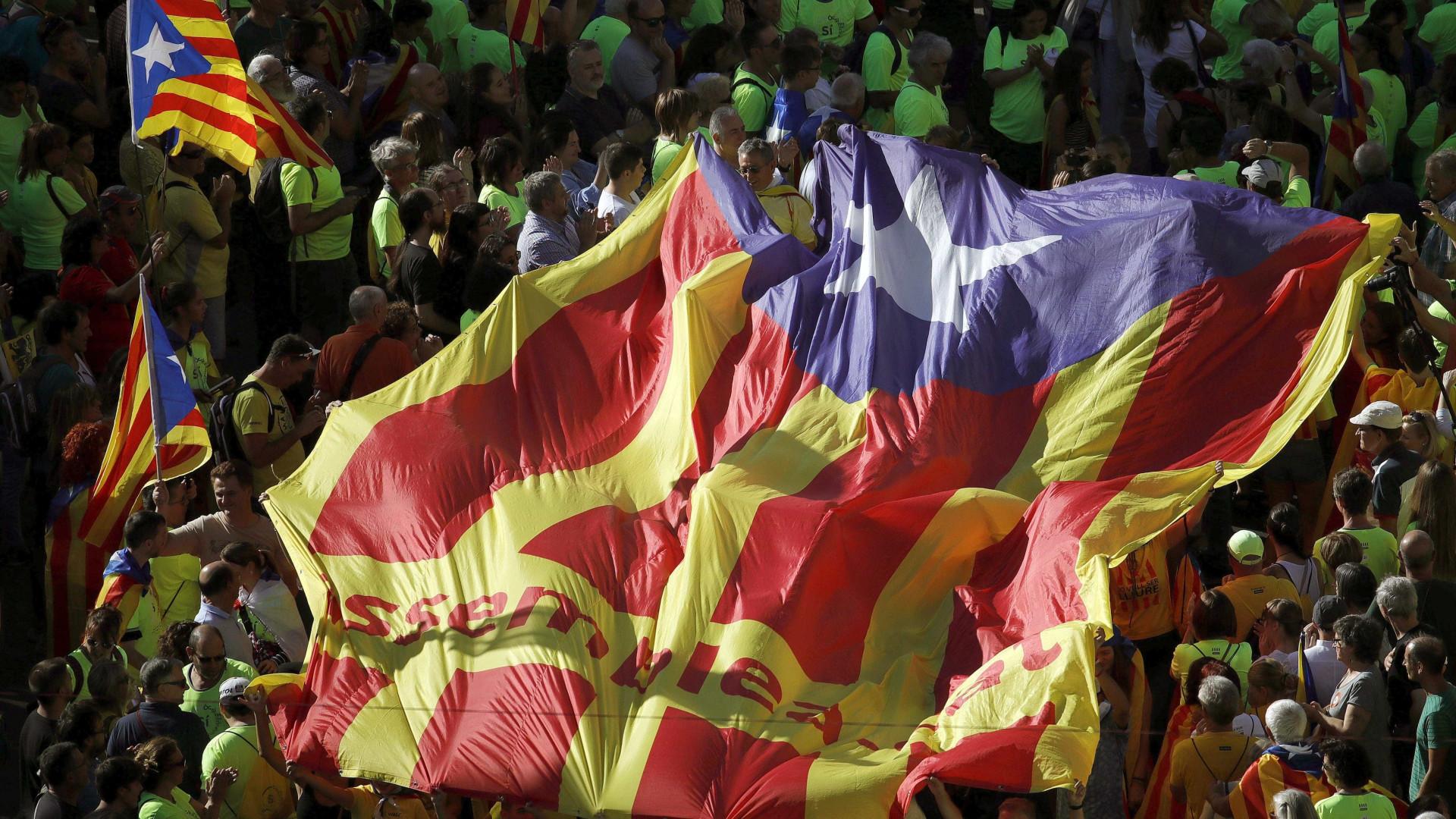 """Separatistas catalães lançam campanha pelo """"sim"""" no referendo"""