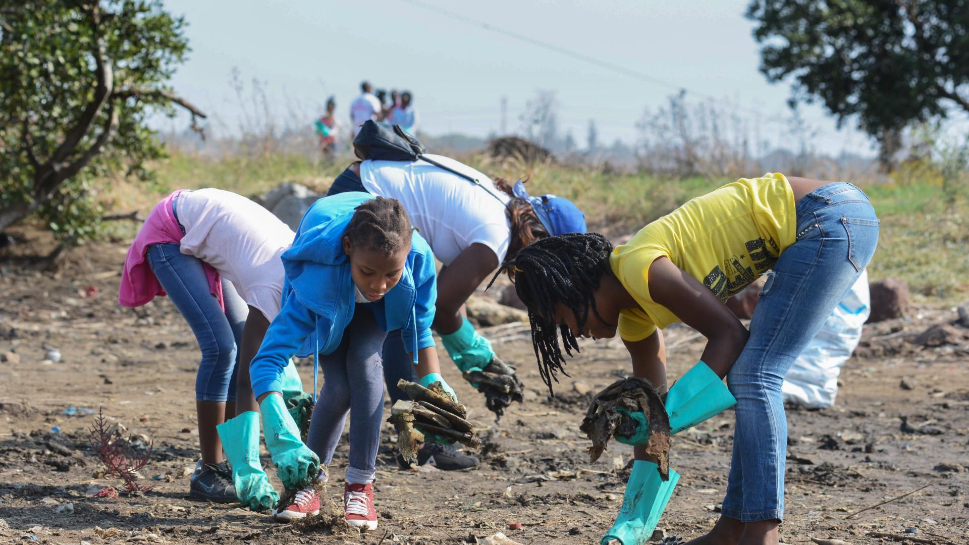 Magistrados da capital moçambicana participam em jornada de limpeza