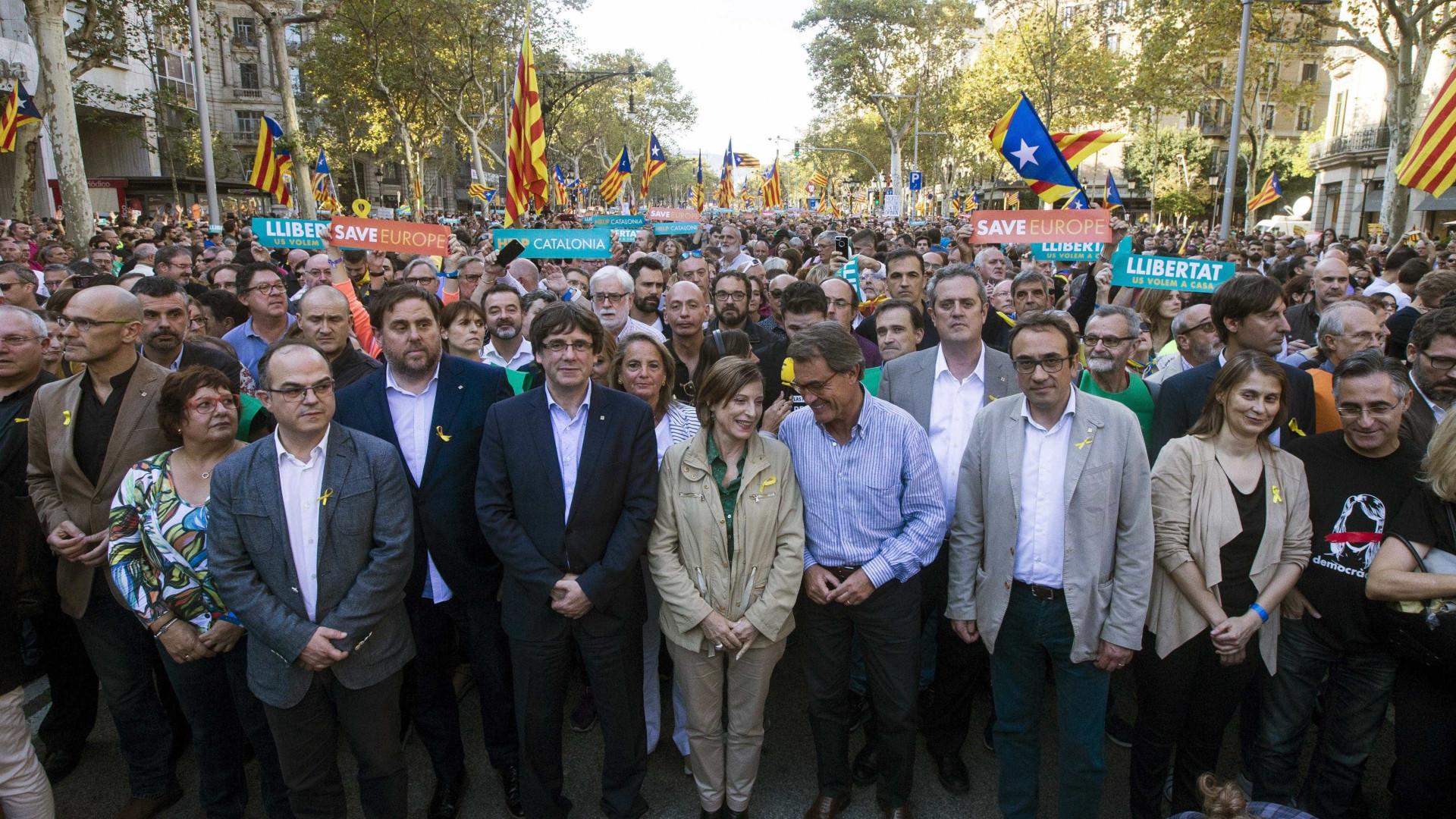 Dezenas de milhares manifestam-se em Barcelona contra decisão de Madrid