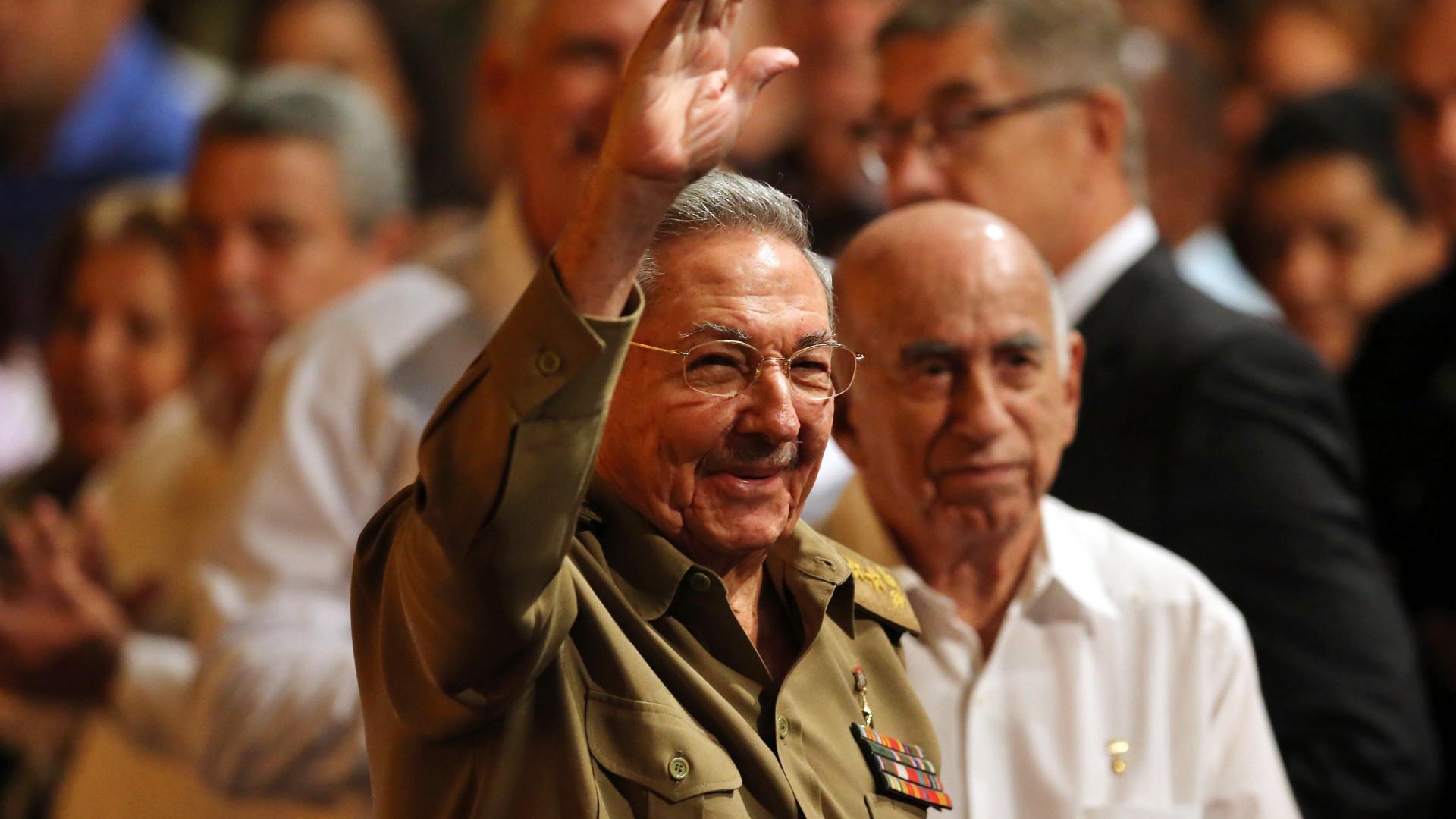Cuba adia transferência histórica de poder de Raúl Castro para novo presidente