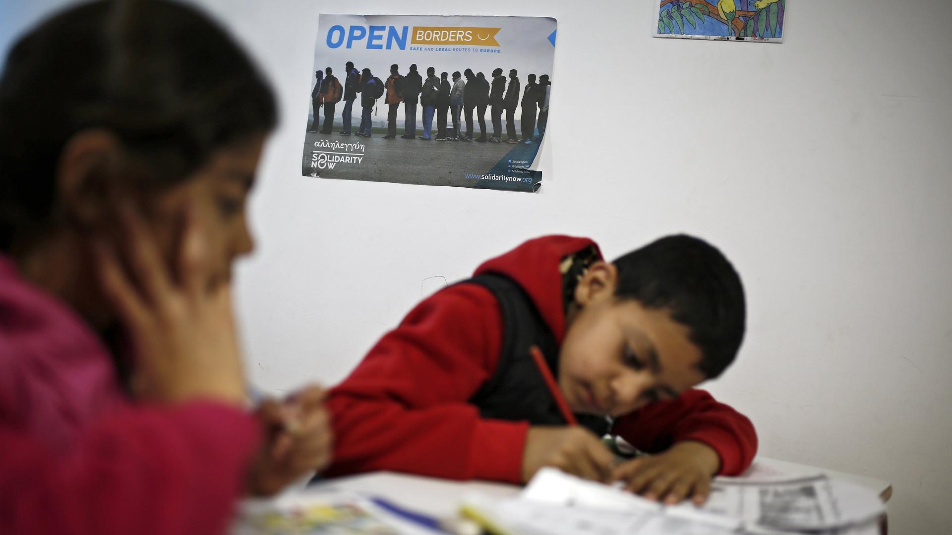Pedidos de asilo de menores não acompanhados caem para metade na UE