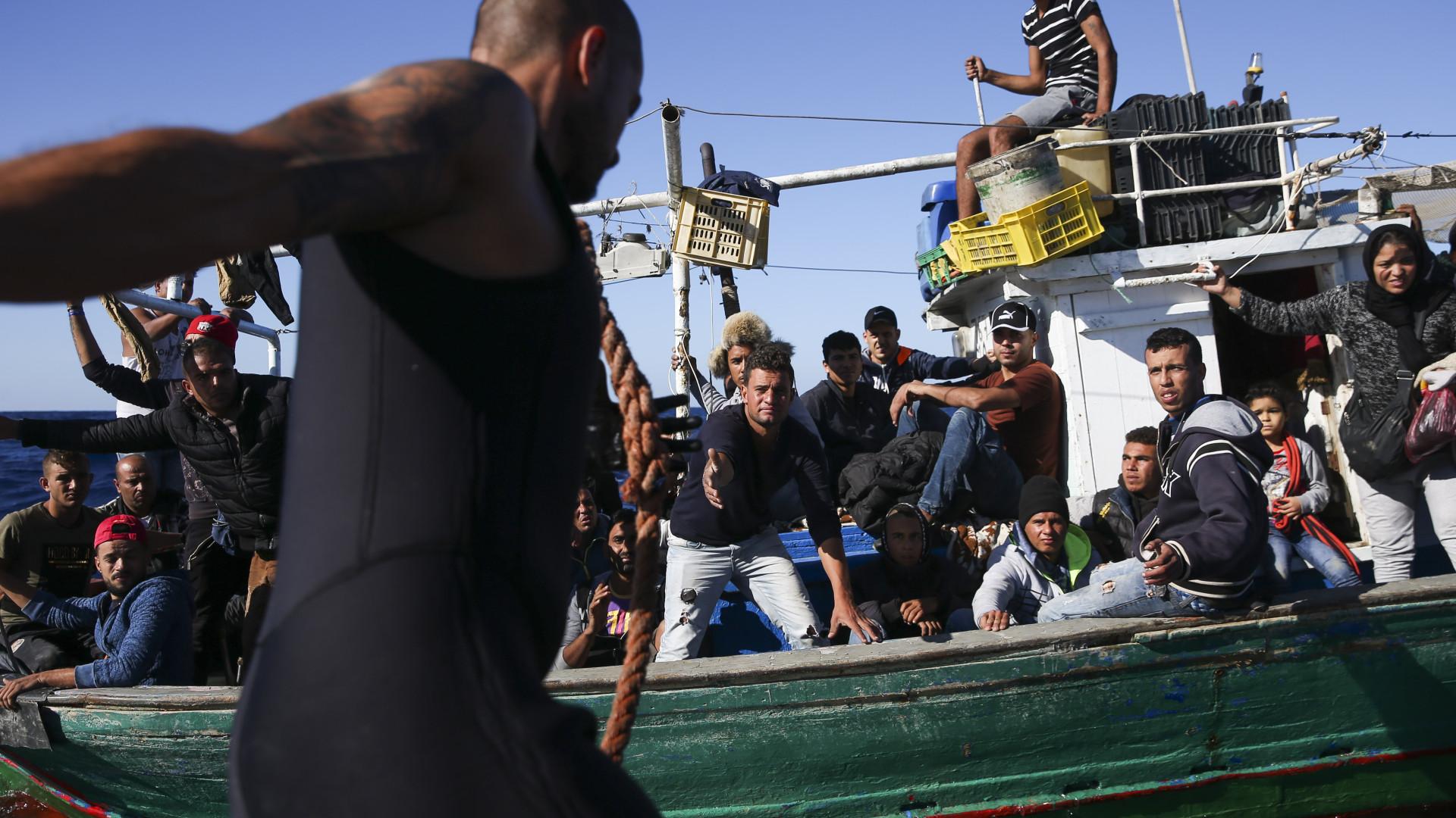 Lampedusa: Mais de 400 migrantes transferidos para navios militares