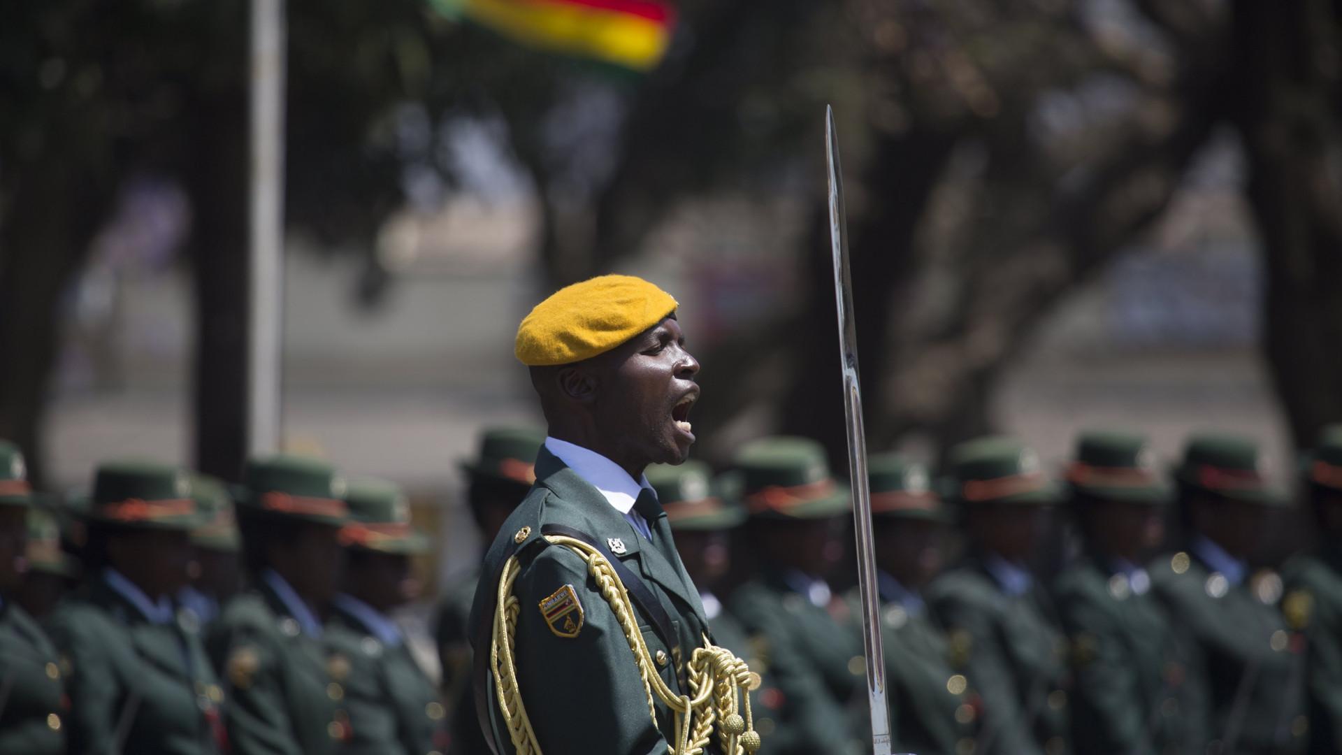 Exército do Zimbabué nega golpe e garante: Mugabe está em segurança