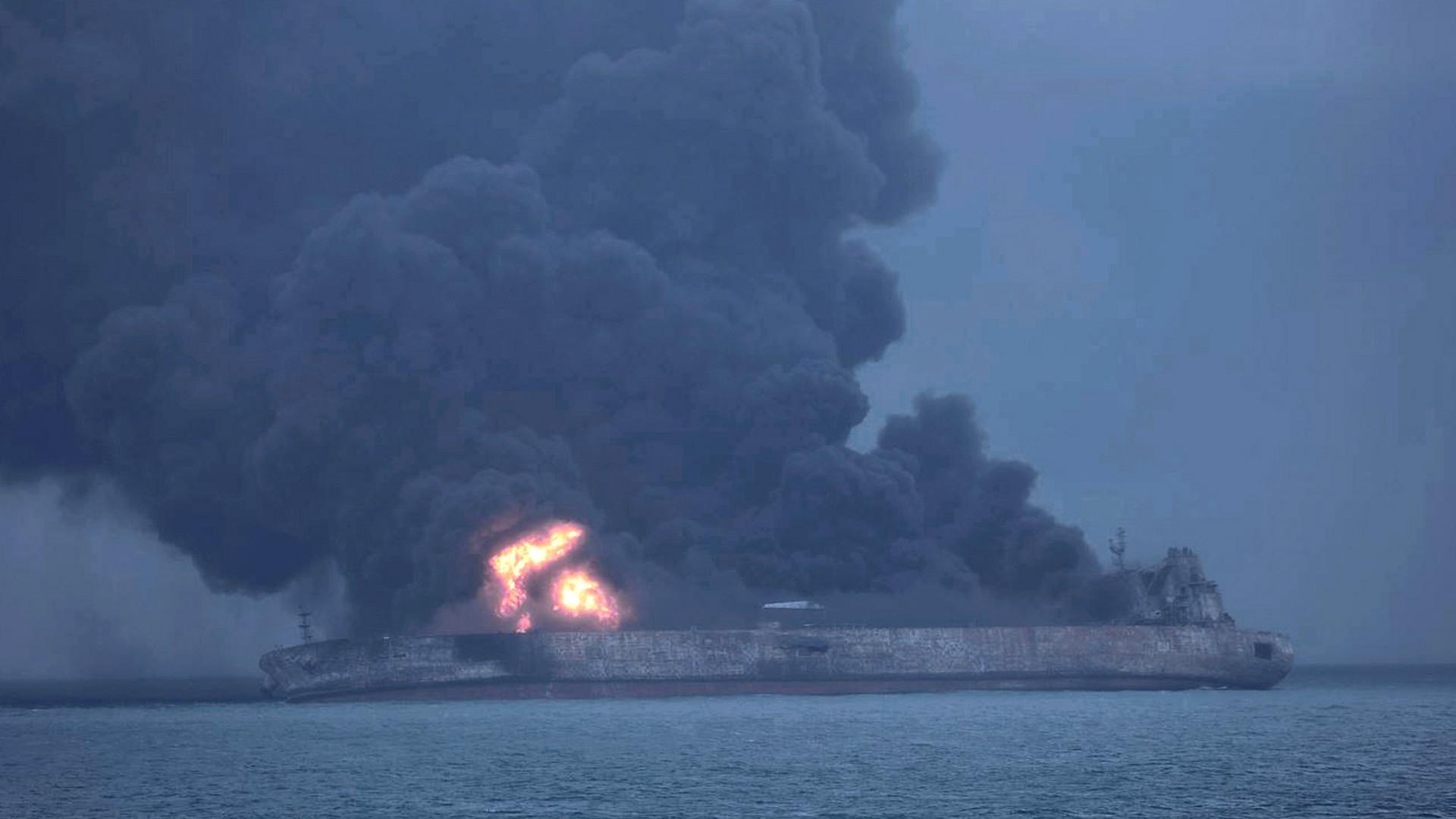 Petroleiro em chamas ao largo de Xangai afunda-se após oito dias