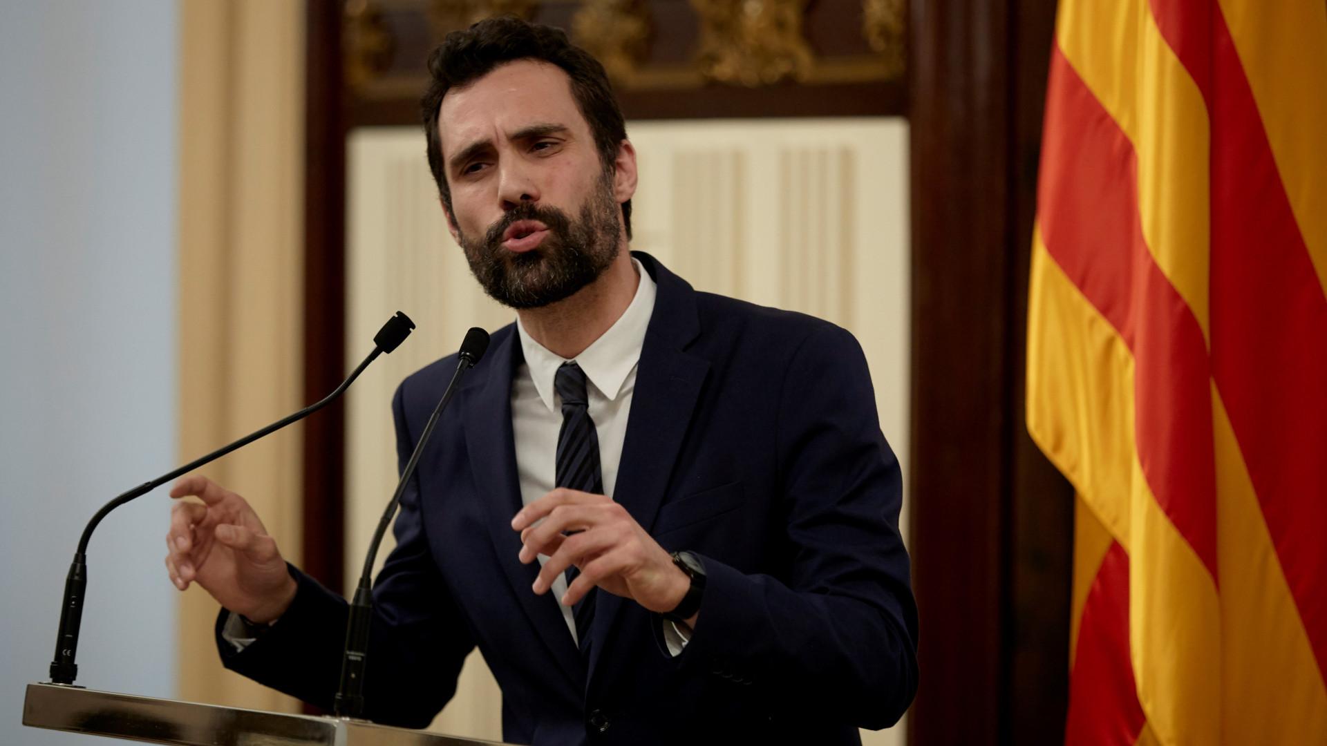 Roger Torrent adia plenário mas mantém investidura de Puigdemont