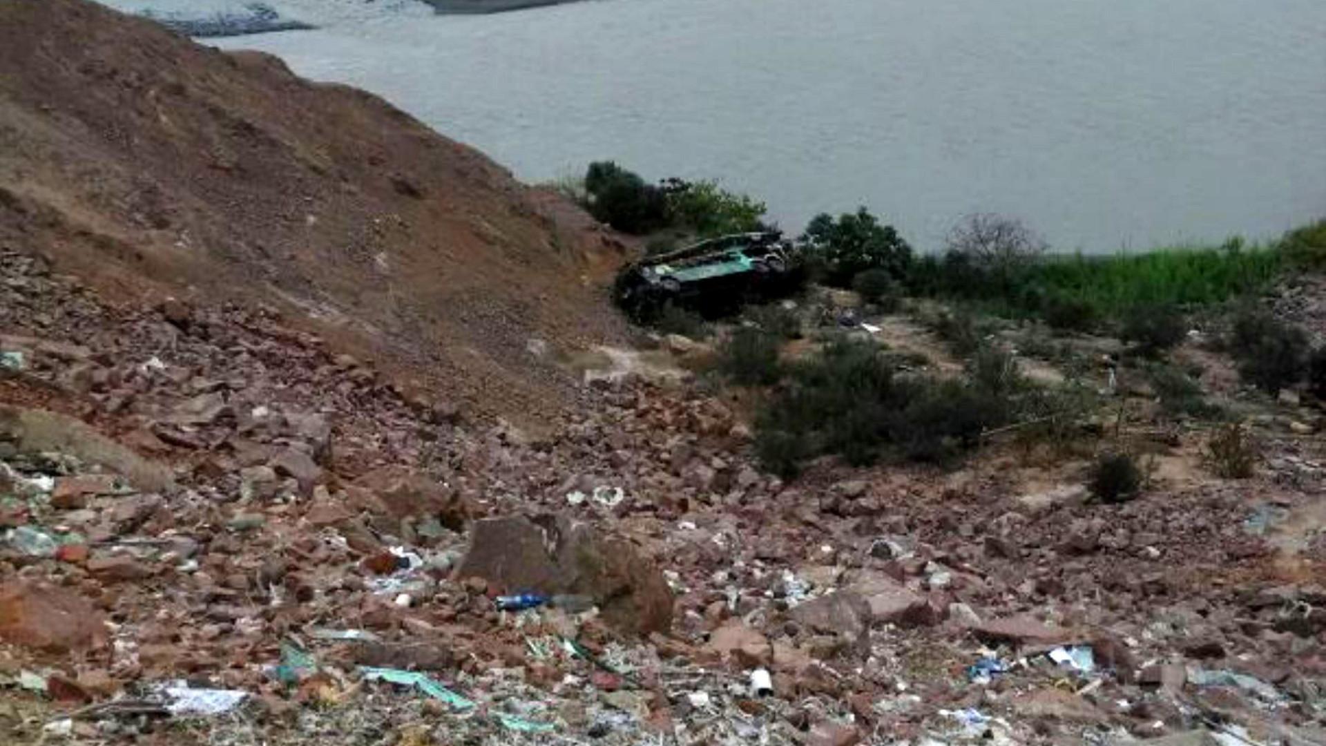 Ônibus cai de abismo de 200 metros no Peru e 30 morrem