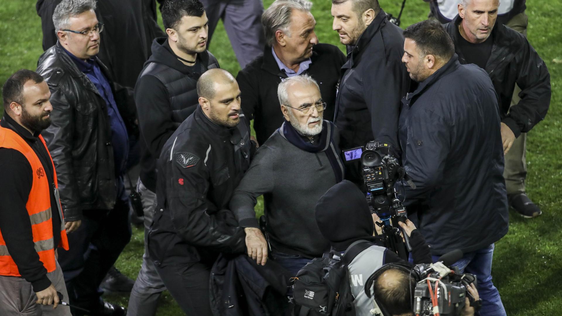 Presidente do PAOK pede desculpa por ter entrado armado em campo