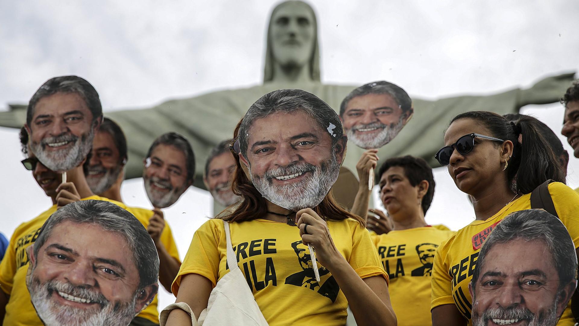 """Lula diz estar """"tranquilo, mas indignado"""" em primeira carta da prisão"""