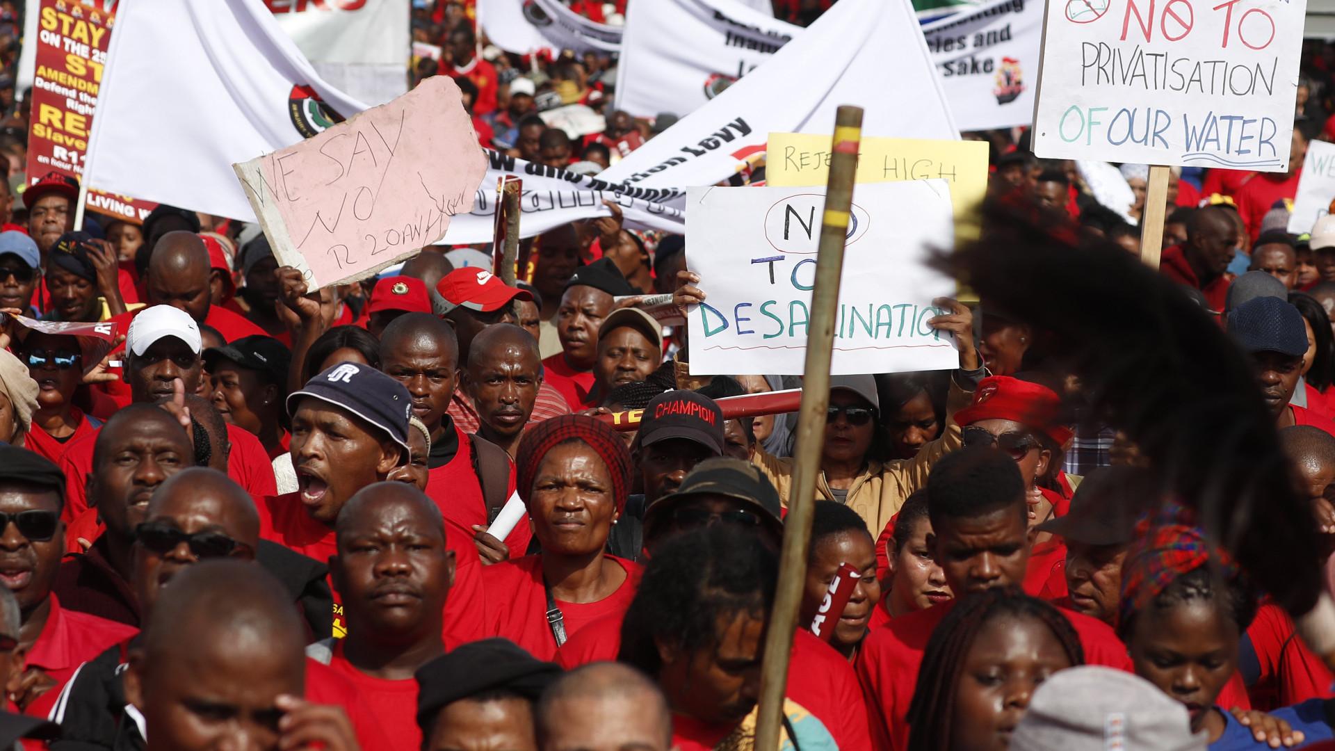 """Manifestação contra """"salário de escravo"""" junta milhares na África do Sul"""