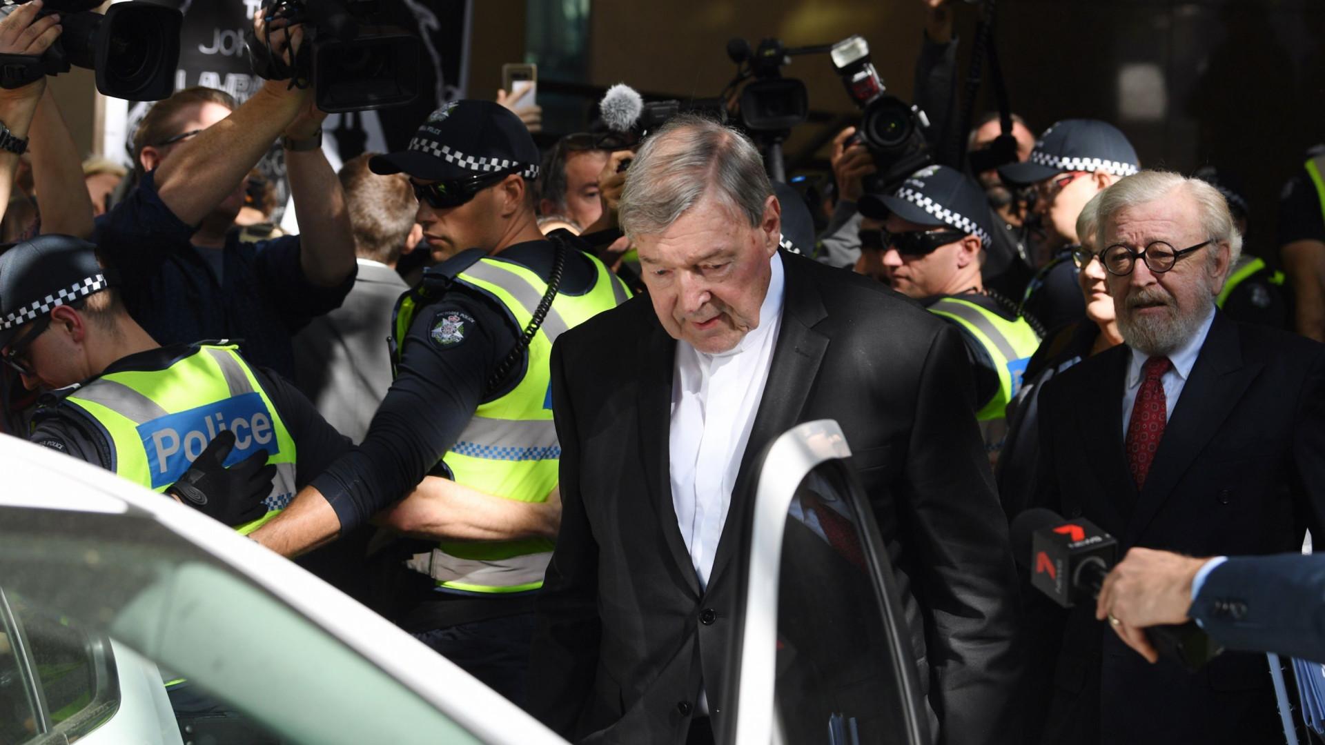Cardeal George Pell, tesoureiro do Vaticano, será julgado por abuso sexual