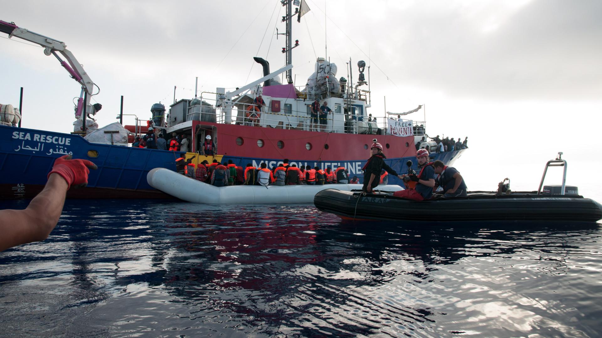 Navio Lifeline continua à espera de autorização para atracar na Europa