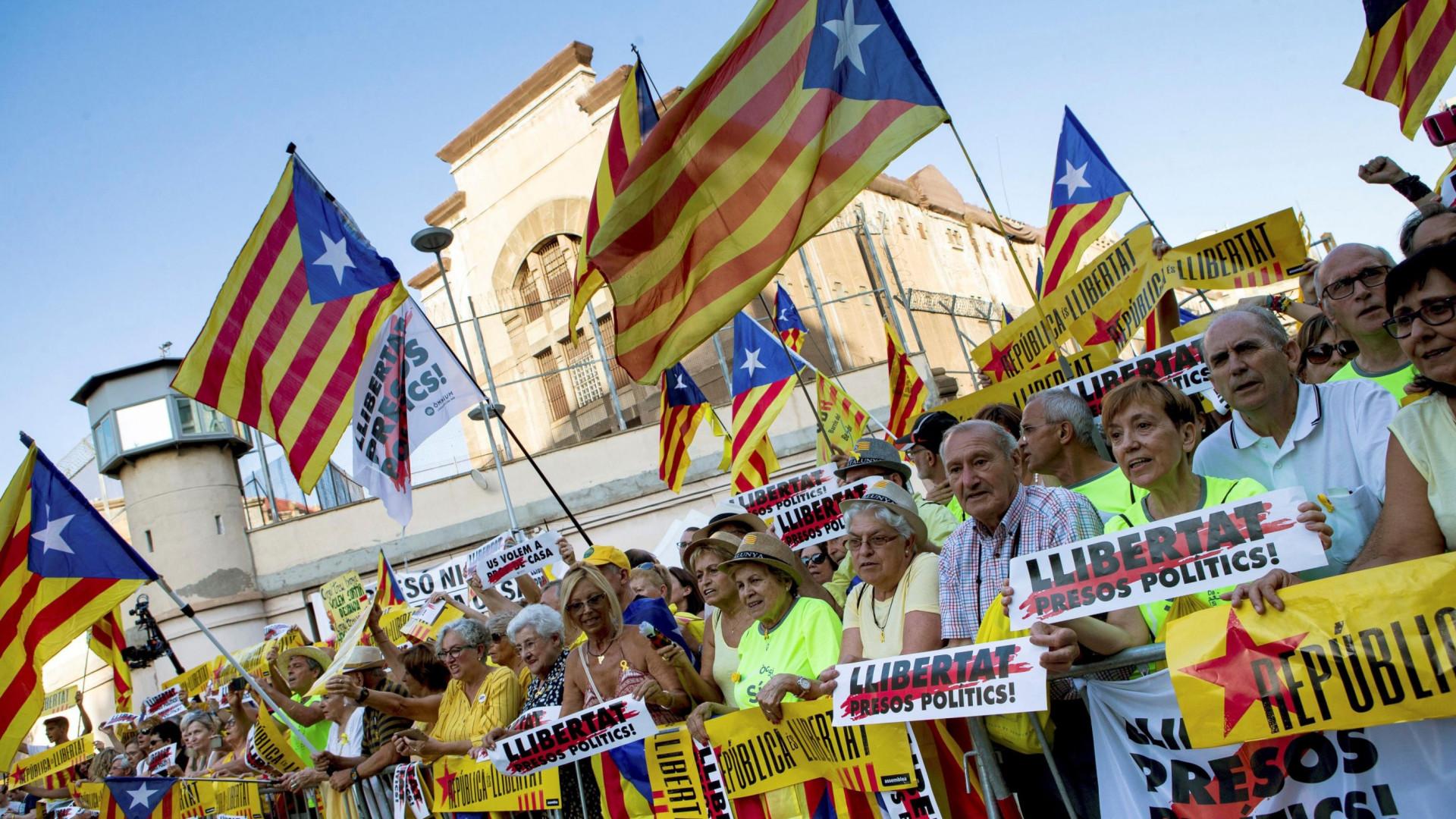 Milhares em Barcelona exigem libertação de presos independentistas