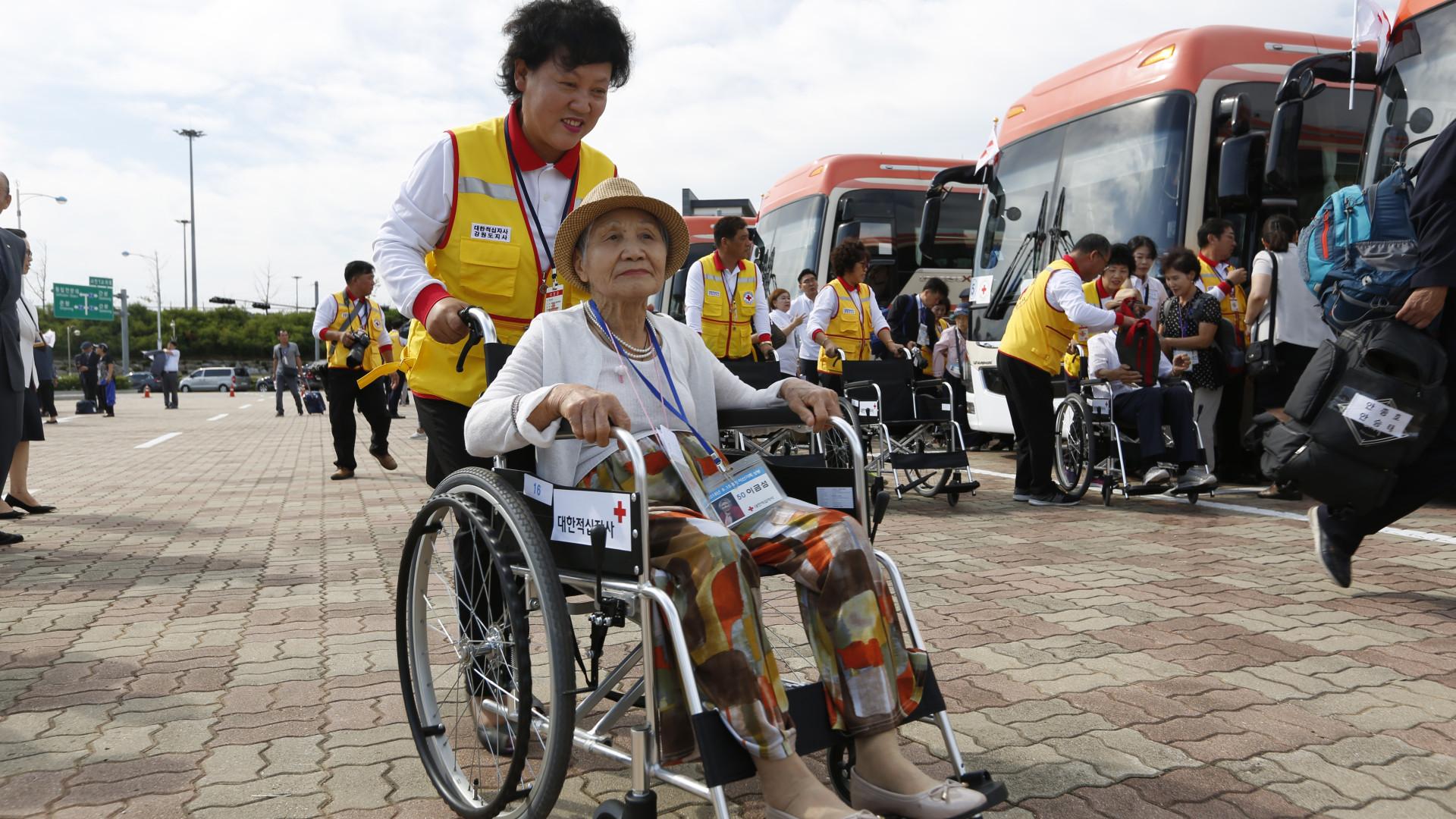 Sul-coreanos a caminho da Coreia do Norte para encontro com familiares