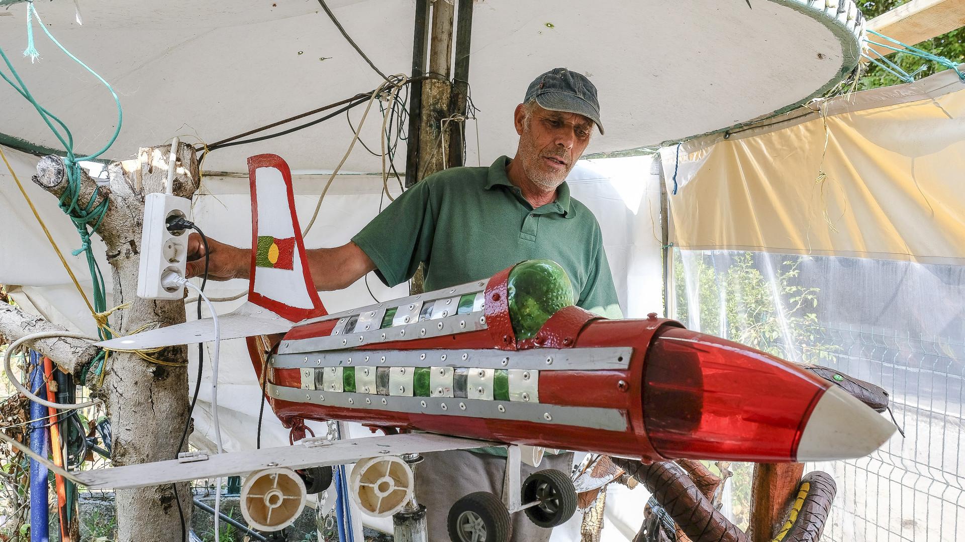 Ex-pescador de Viana transforma lixo em obras de arte