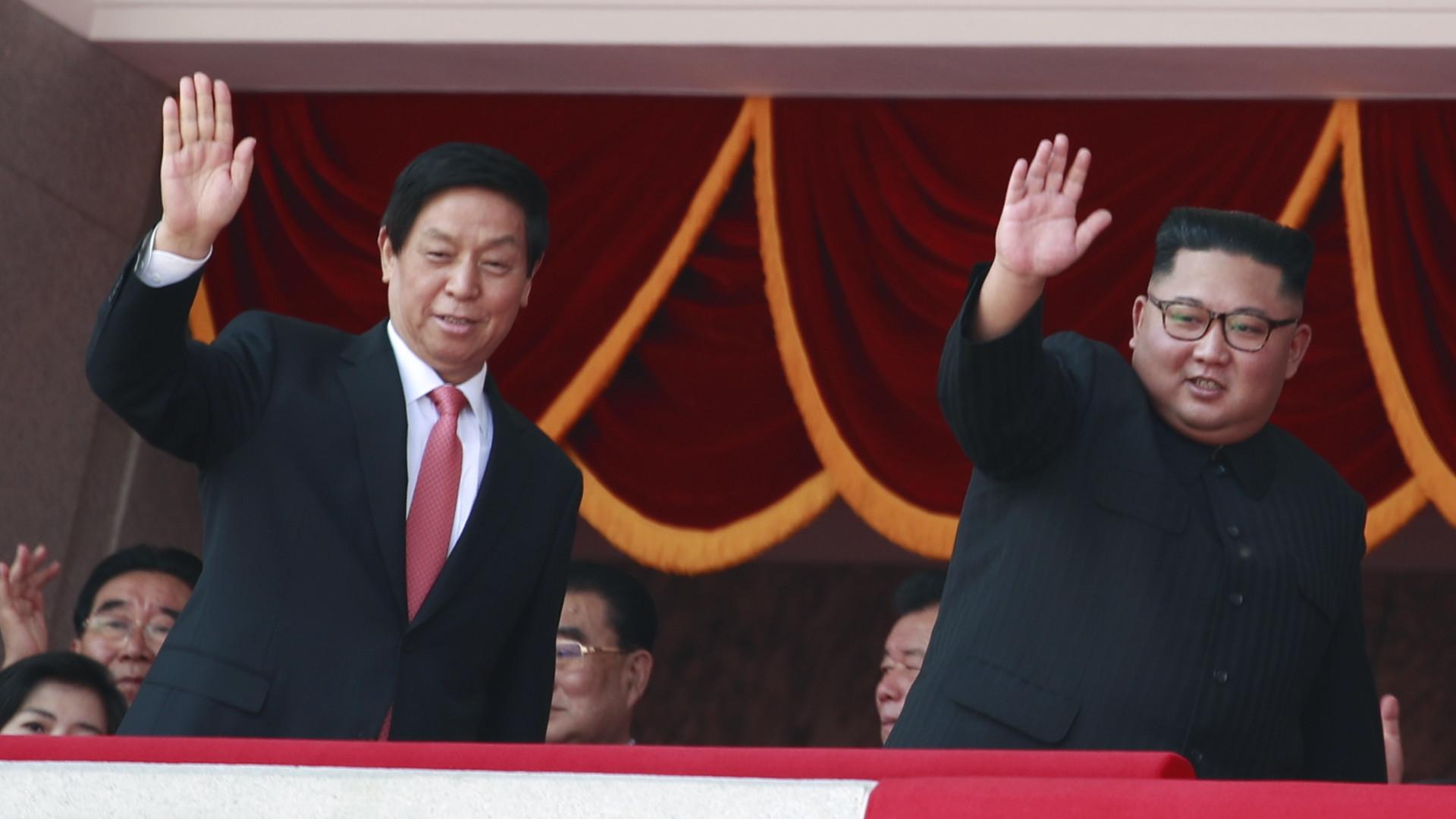 Desfile na Coreia do Norte deixou de lado mísseis de longo alcance