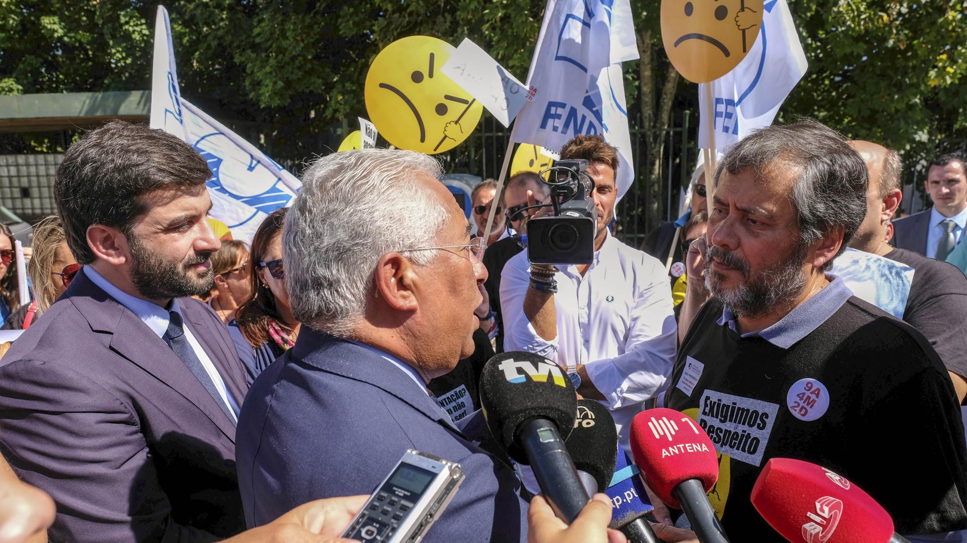 Costa e Nogueira trocam 'galhardetes' na rua por causa dos professores