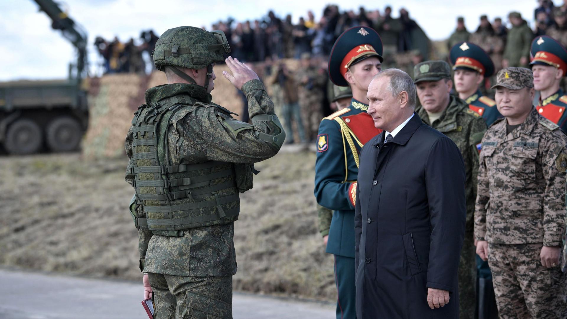 """Putin assiste a manobras militares e diz que """"ama a paz"""""""