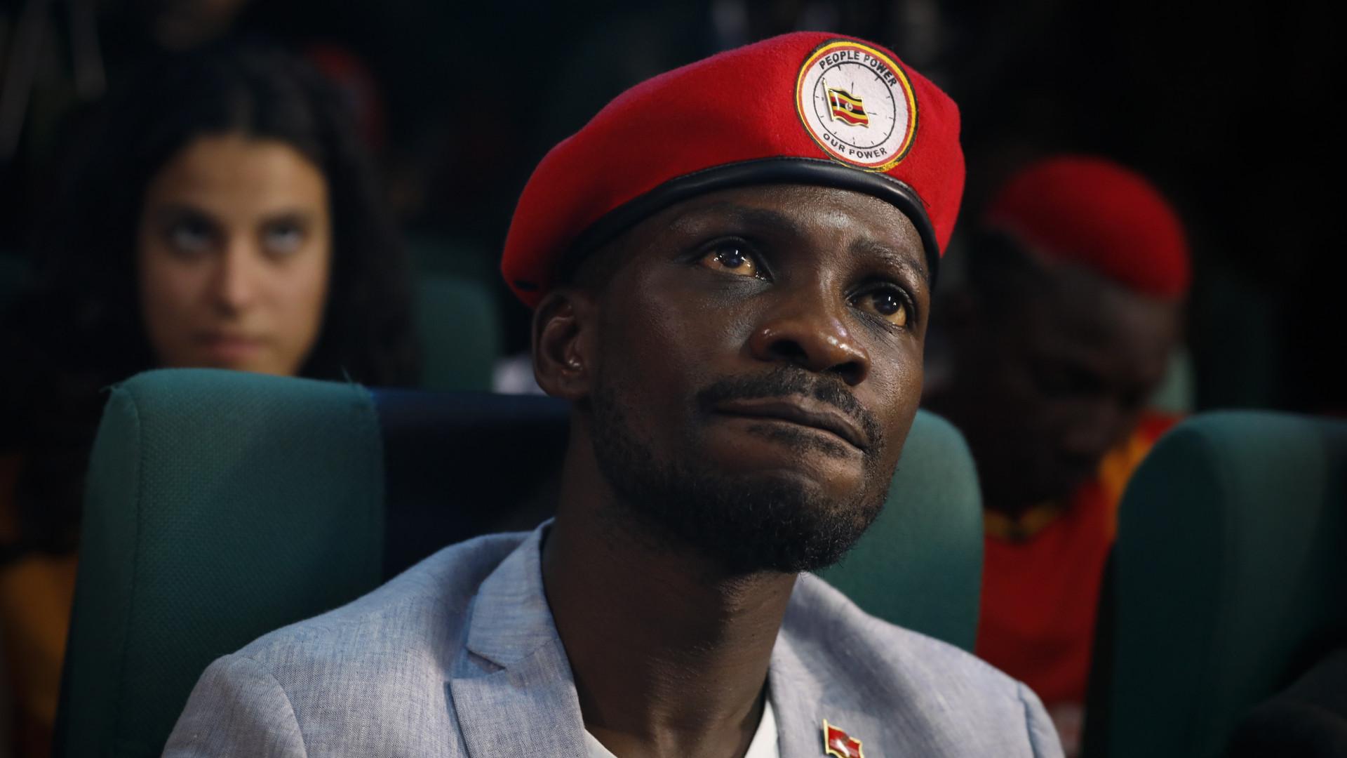Co-arguida em apedrejamento de Presidente ugandês desmaia em tribunal