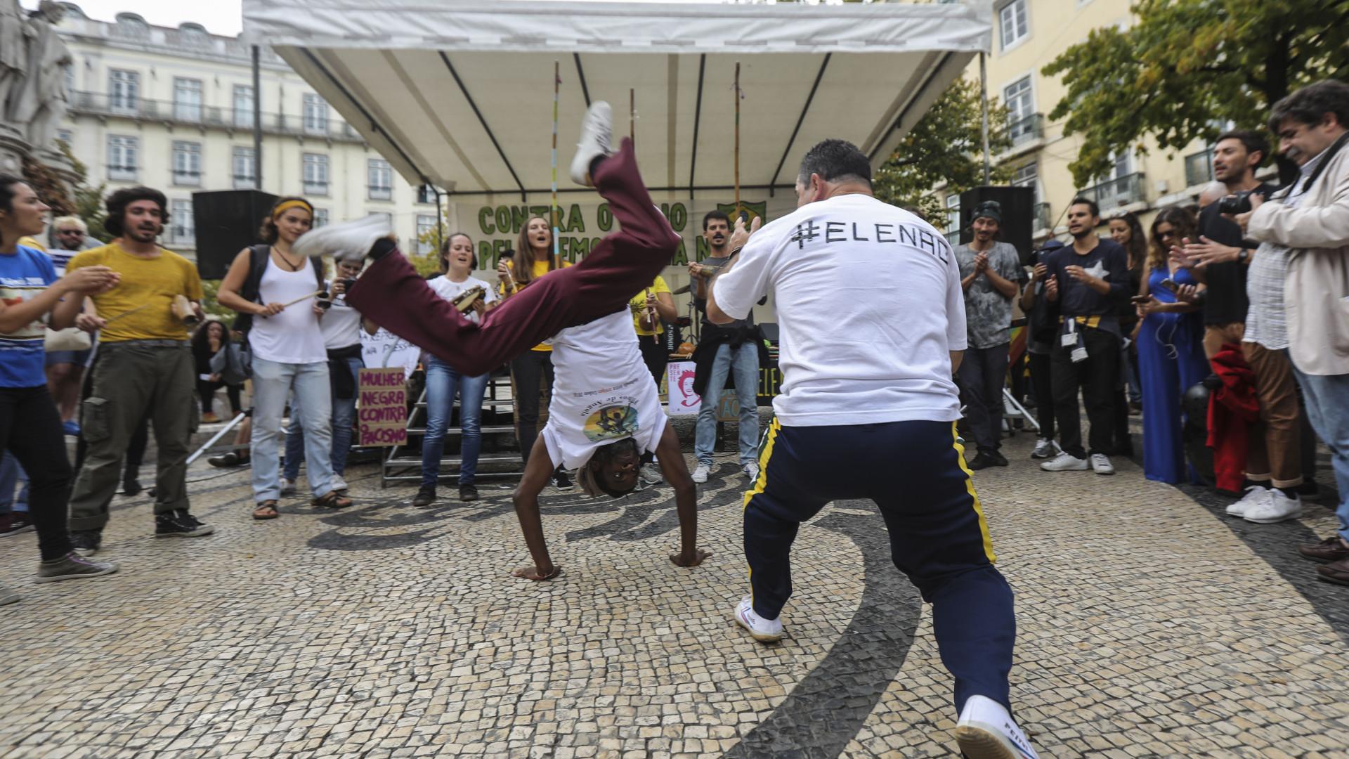 """Dezenas de pessoas concentram-se em Lisboa """"contra o ódio"""" no Brasil"""