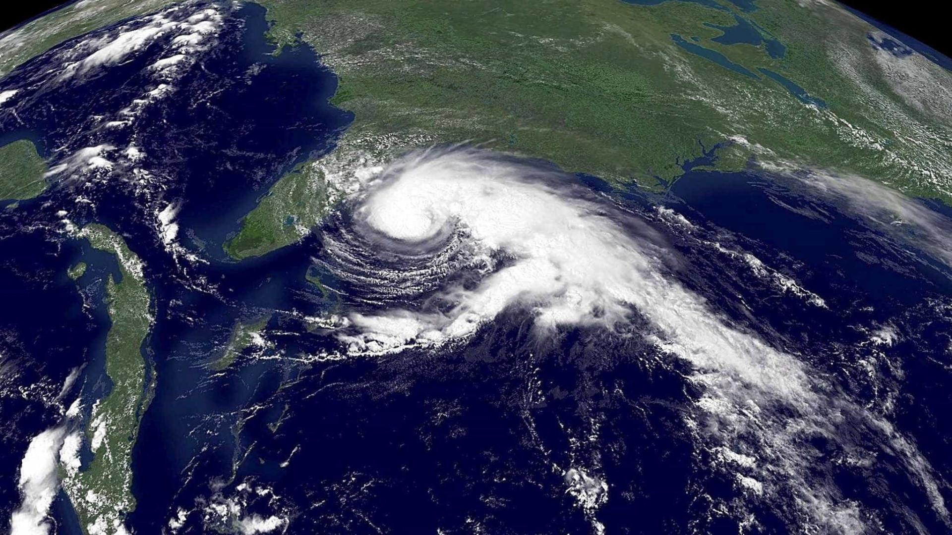 Furacão Ophelia com rajadas de vento de 185 quilómetros/hora
