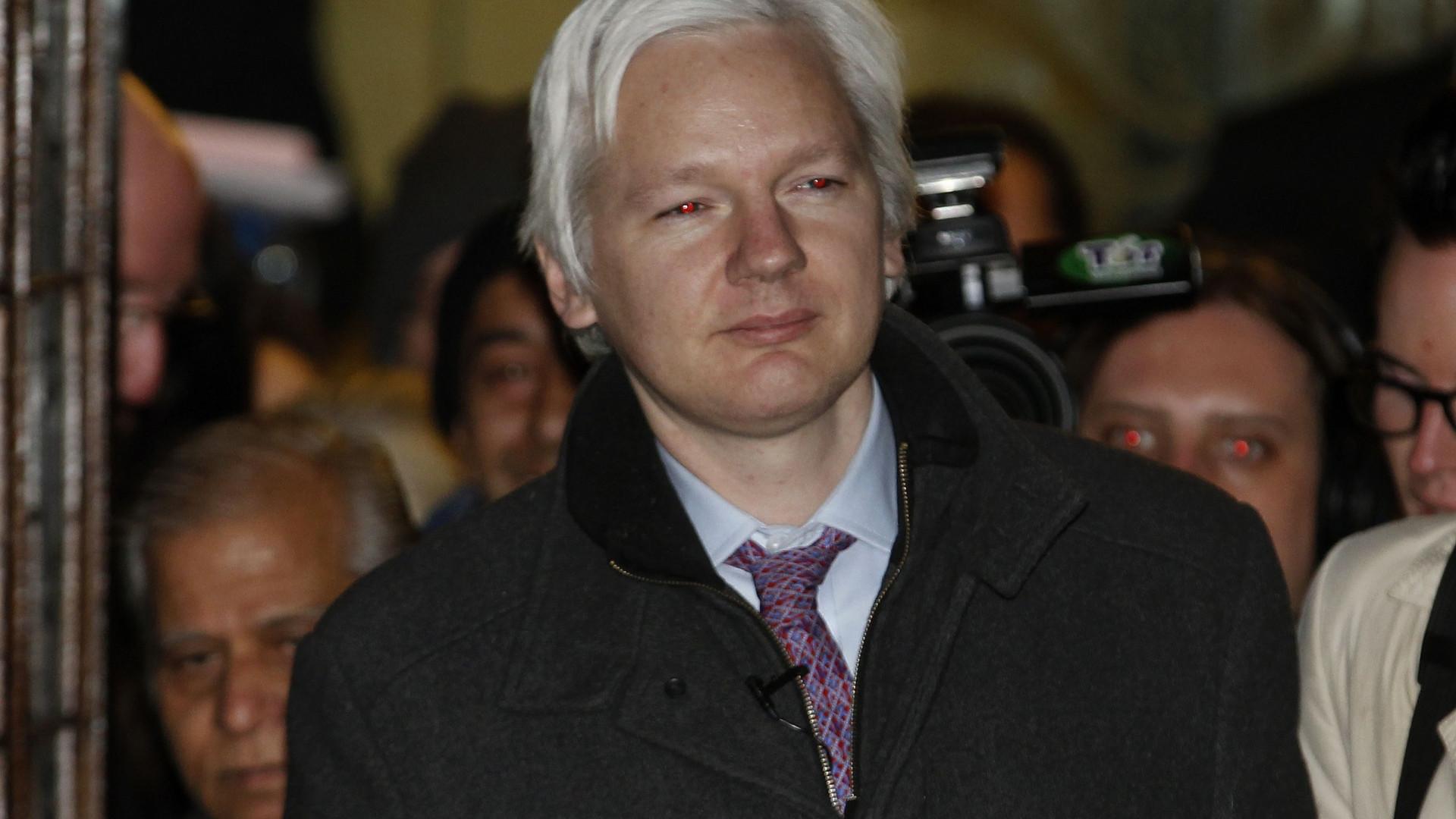 """Queixosa sueca """"chocada"""" com abandono de processo contra Assange"""