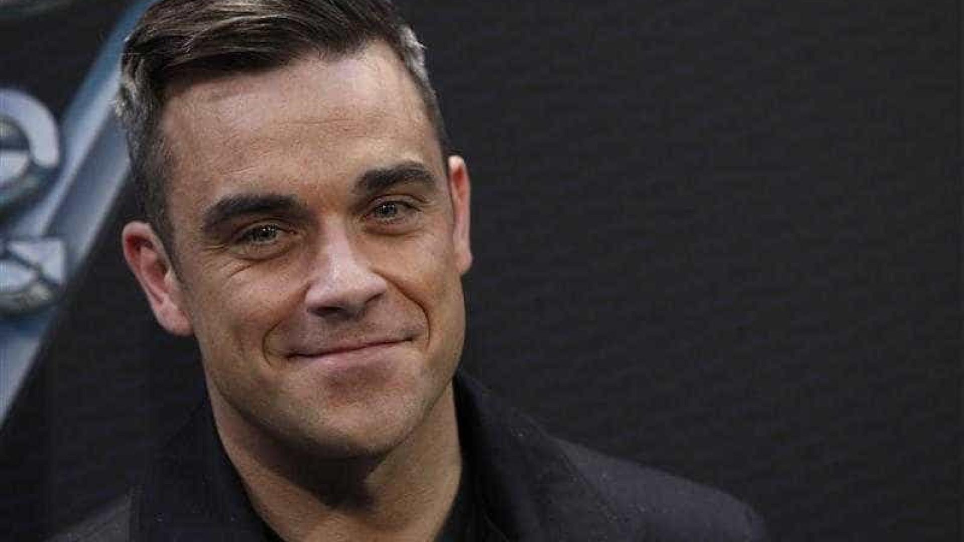 Robbie Williams explica gesto obsceno na abertura do Mundial