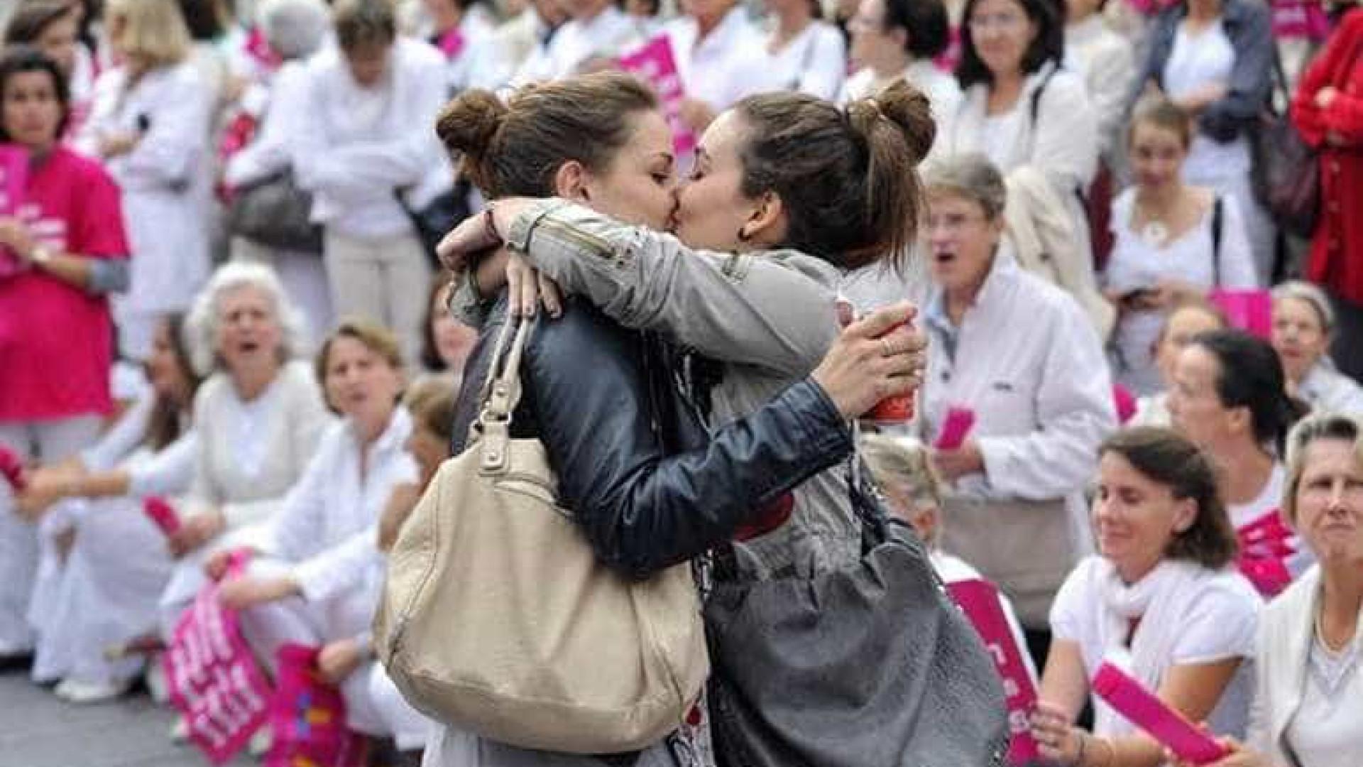 Casal de lésbicas beija-se em manifestação contra casamento homossexual