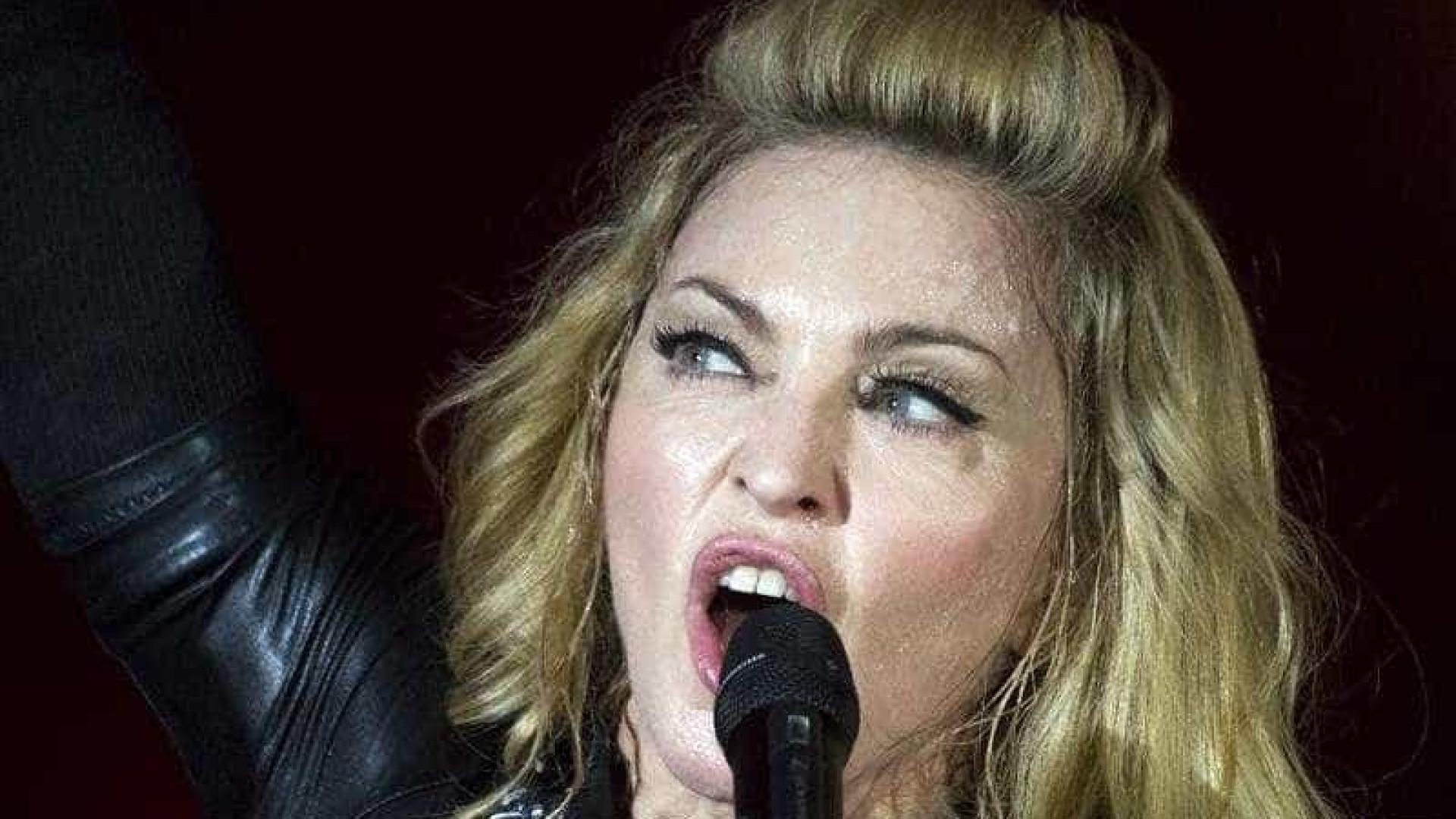 Madonna sobe ao palco com cuecas muito reveladoras