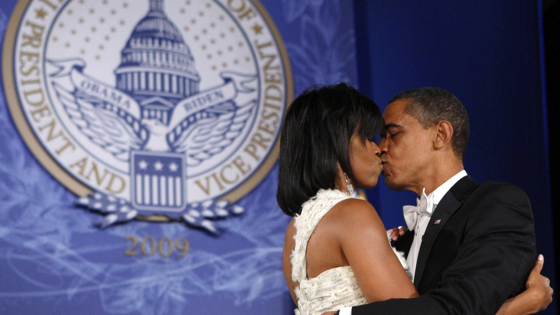 Resultado de imagem para beijo obama
