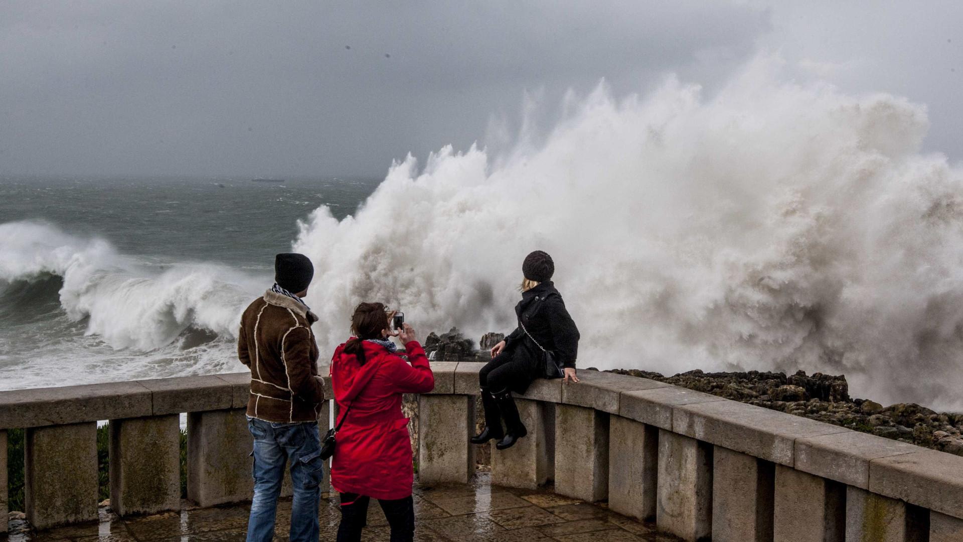 Mar violento provoca estragos em praias de Sintra