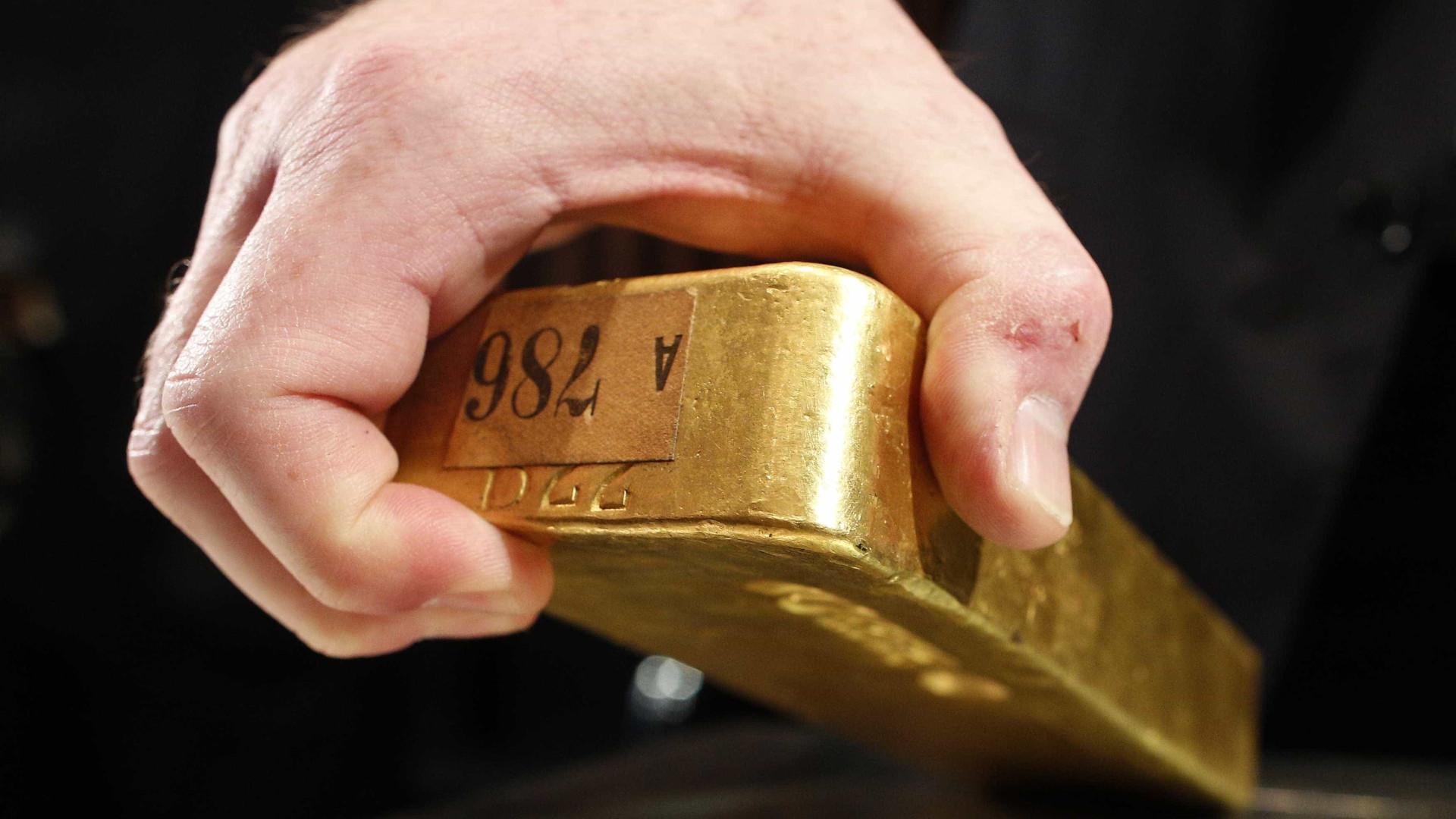 Ouro ganha valor em dia estranho nas bolsas