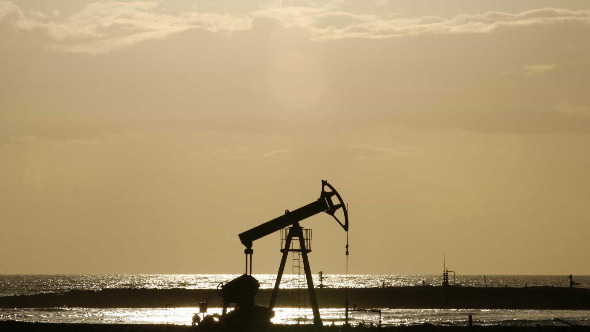 Petróleo volta a cair, sob pressão dos Estados Unidos