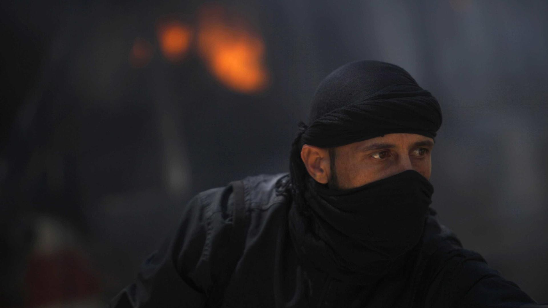 Rebelde sírio arranca e morde coração de soldado