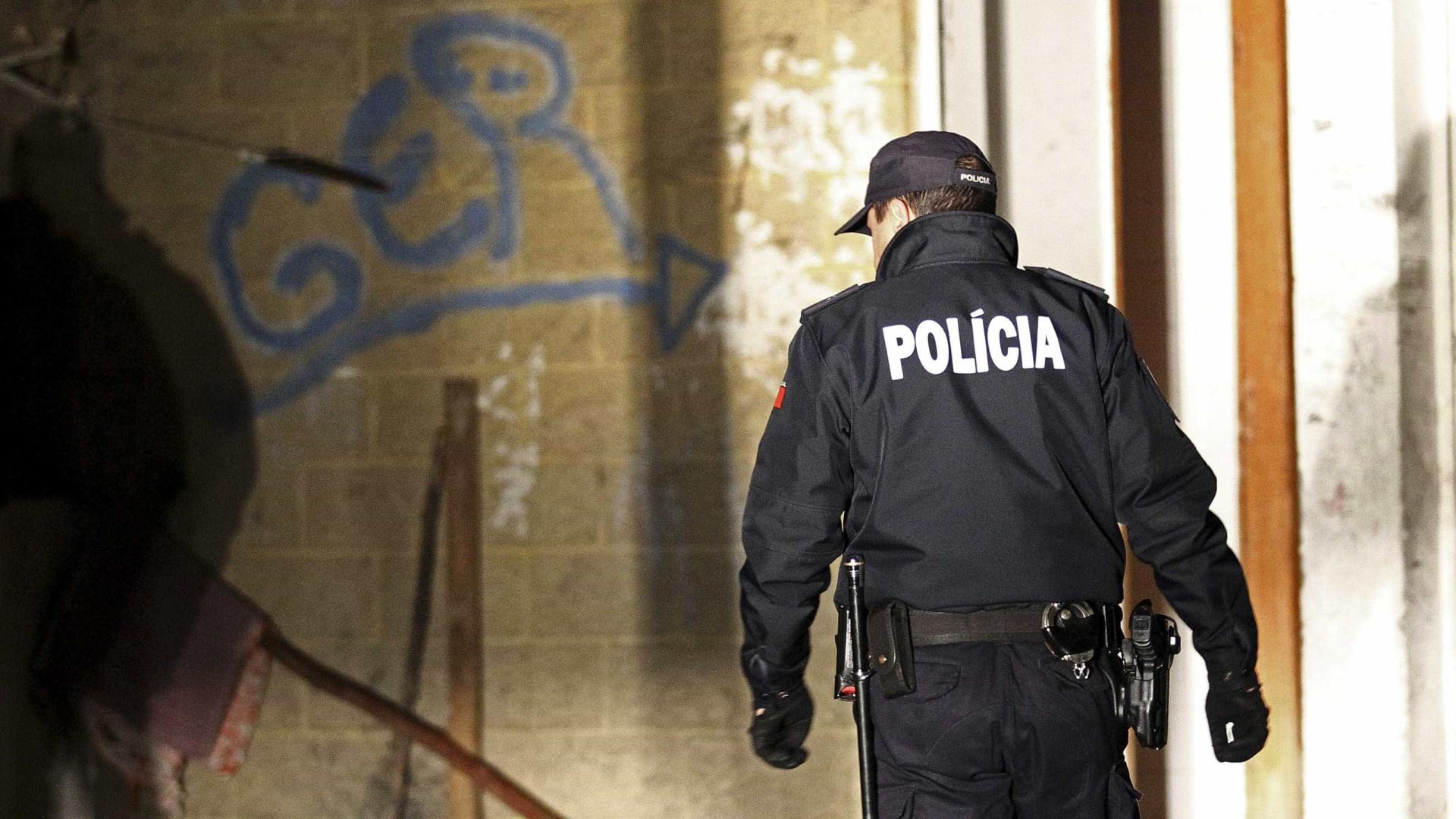 Homem detido por resistência e coação sobre elemento da PSP
