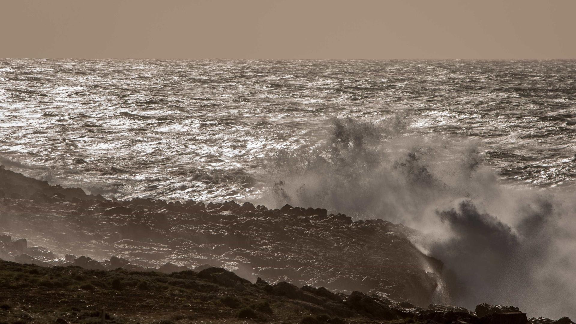 Faro sob aviso amarelo devido a vento forte e agitação marítima