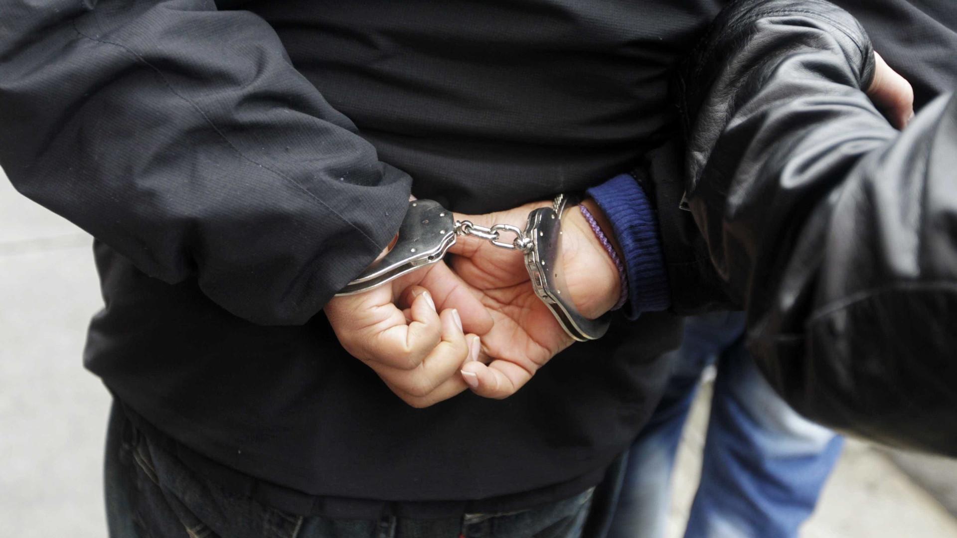 Suspeito de violência doméstica tinha várias armas em casa