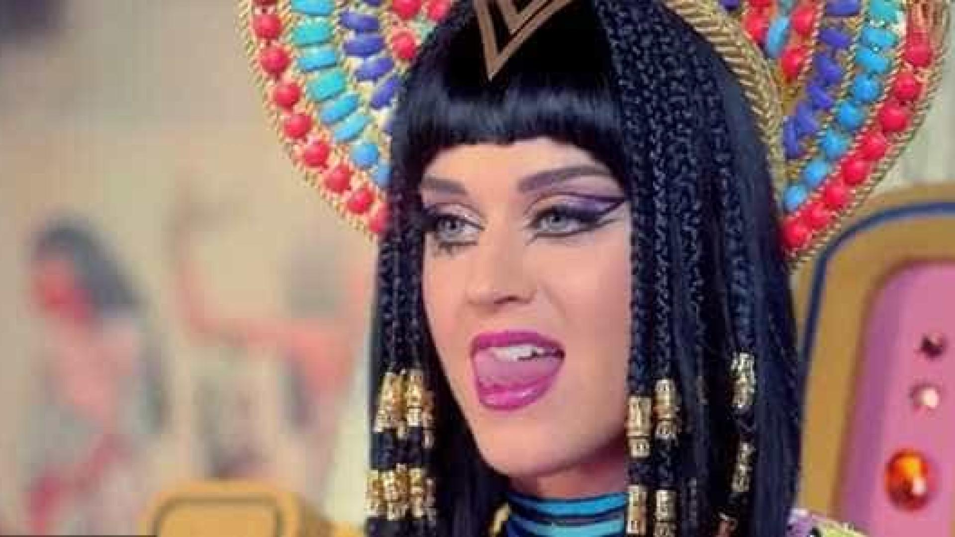 Katy Perry 'apanhada' a comer frango com as mãos