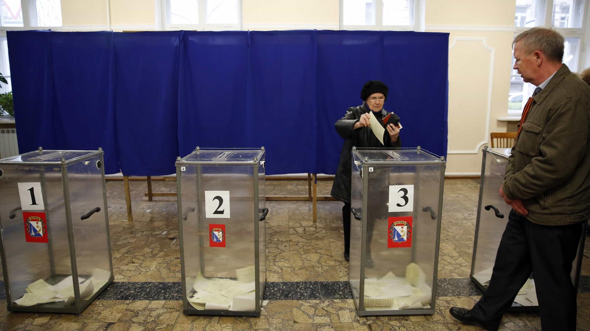 Nacionalistas ucranianos protestam contra votação em consulados russos