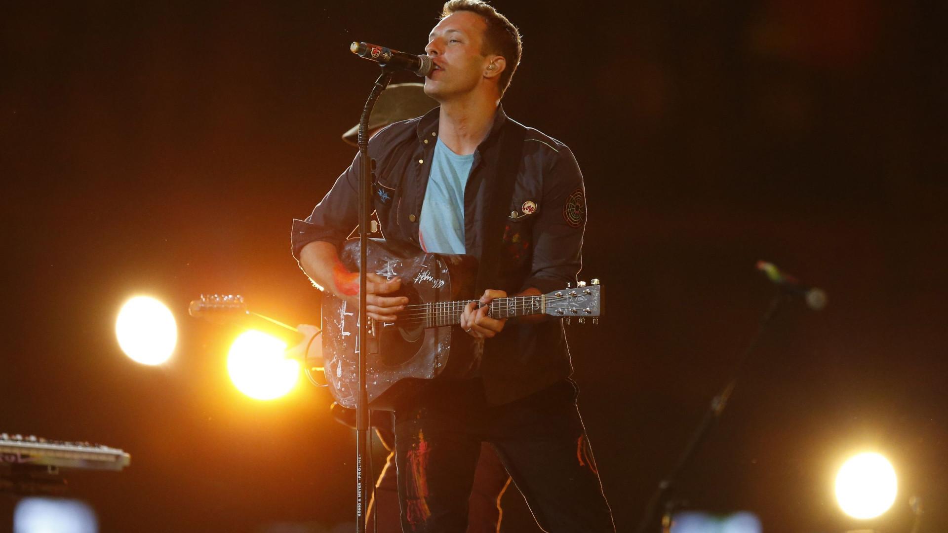 Músicos do Coldplay cantam para crianças em hospital de São Paulo