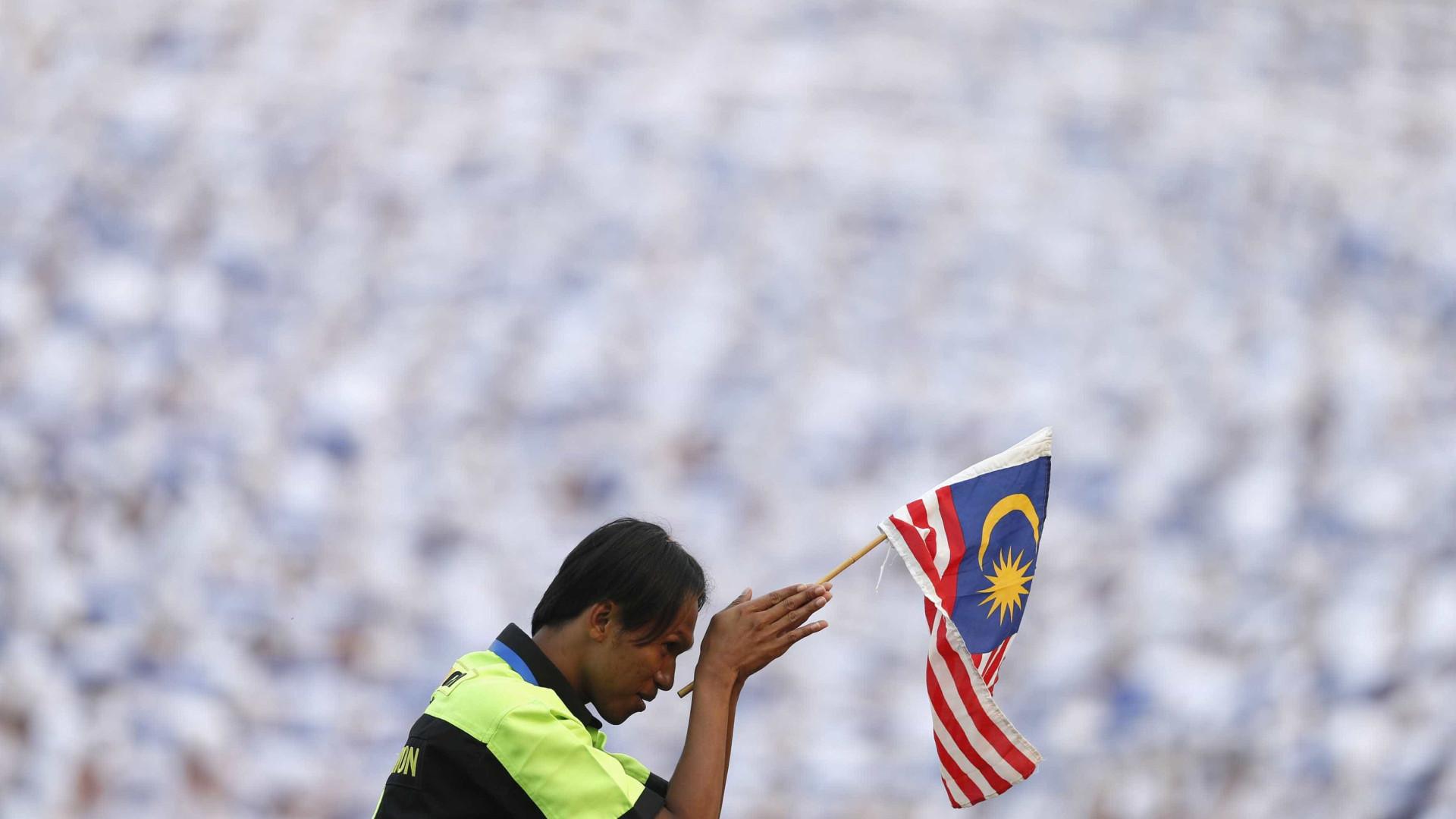 Rei da Malásia perdoa pena de prisão a opositor