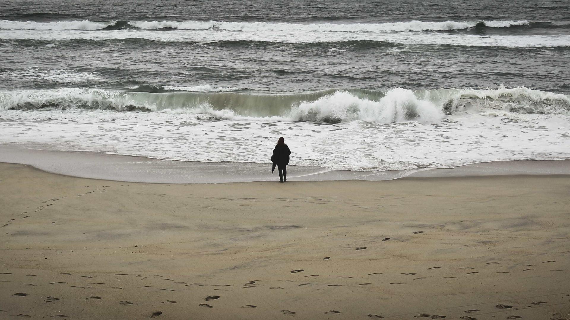 Surfista em dificuldades na Fonte da Telha leva a intervenção de meios