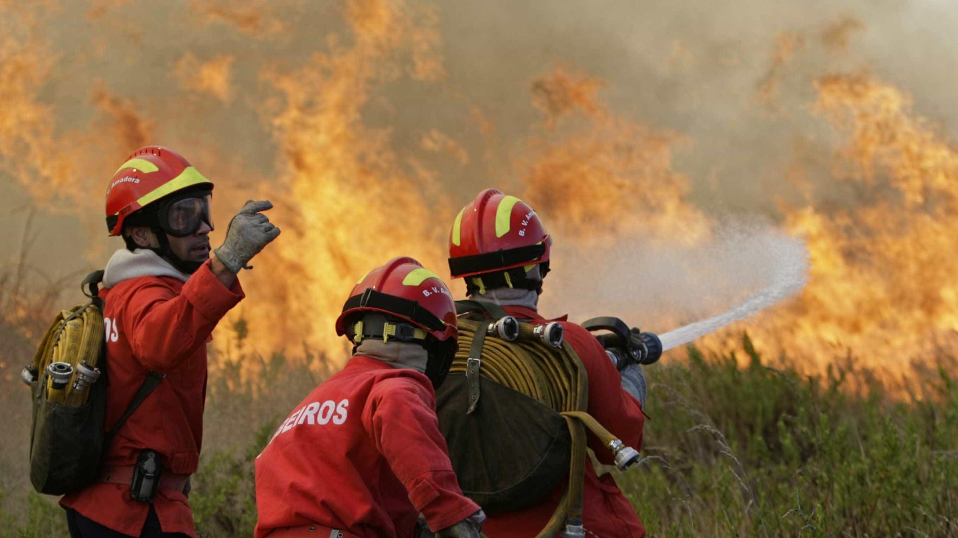 Fogo florestal com duas frentes lavra em Monchique