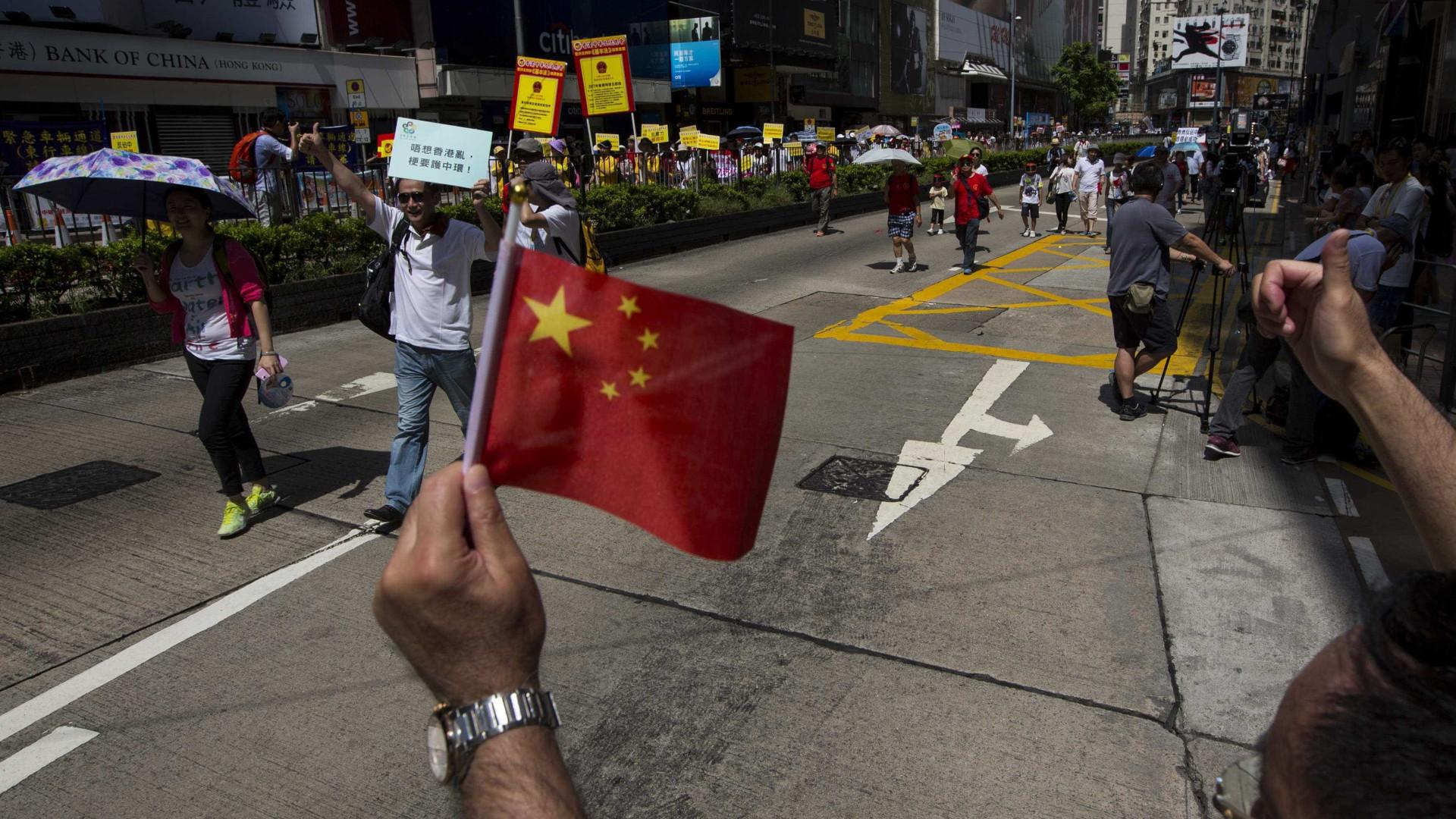Hong Kong: Deputados pró-independência impedidos de prestar juramento