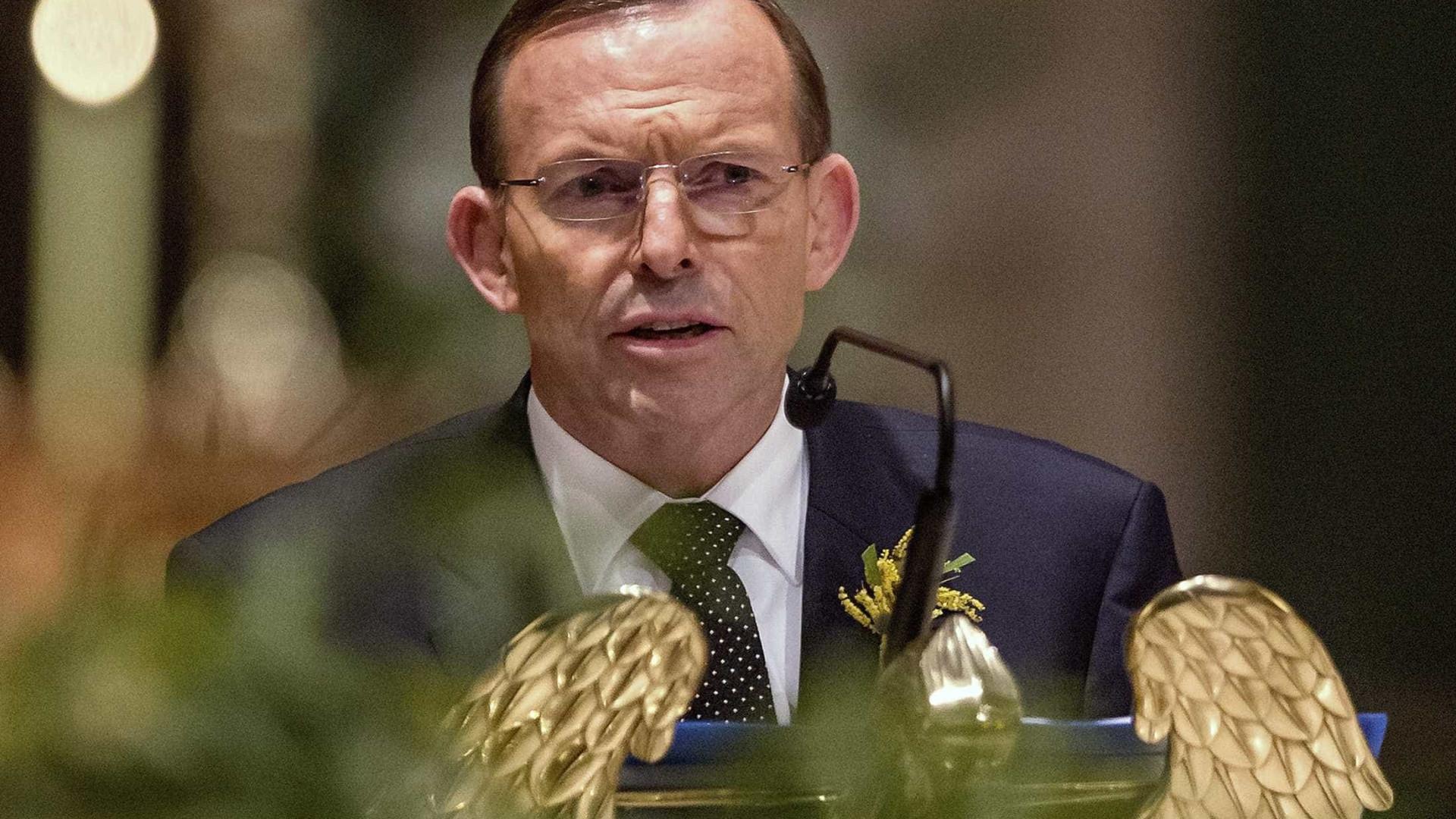 Tony Abbott agredido por ativista do casamento entre homossexuais
