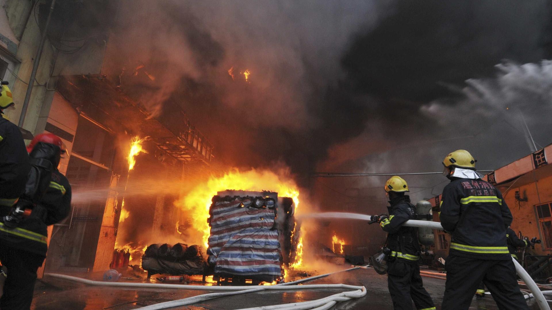 Autoridades suspeitam de mão criminosa em incêndio que fez 22 mortos