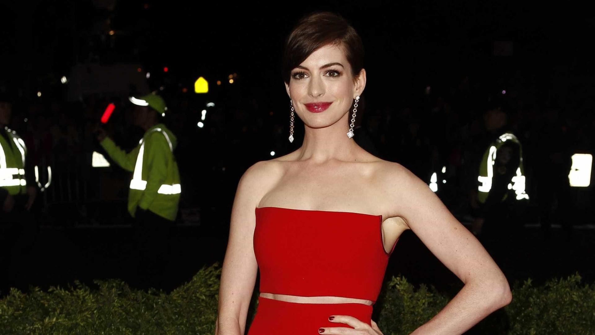 Anne Hathaway usa vestido em segunda mão