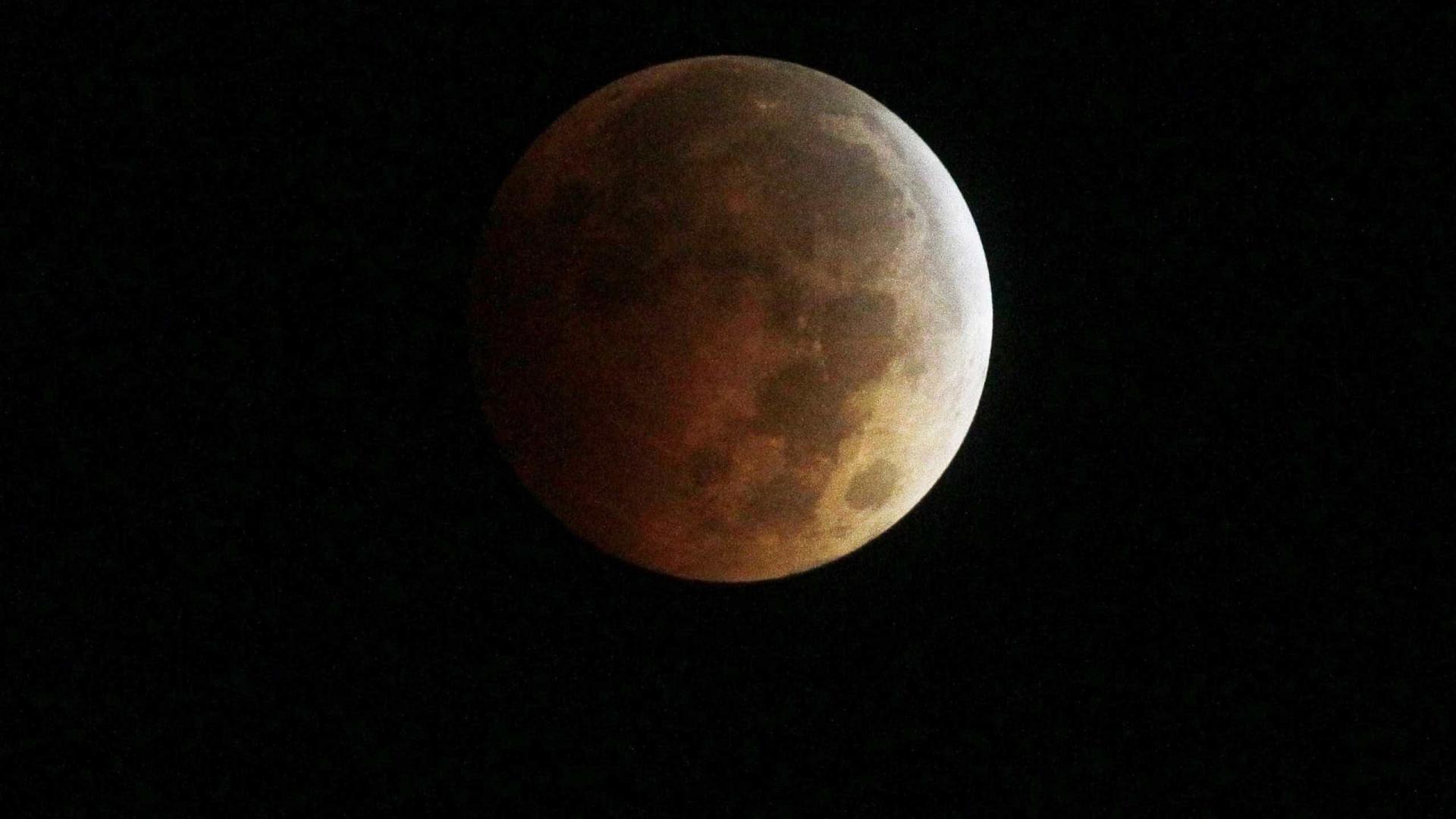Olhe para o céu. Hoje é dia de Super Lua, a primeira e última do ano