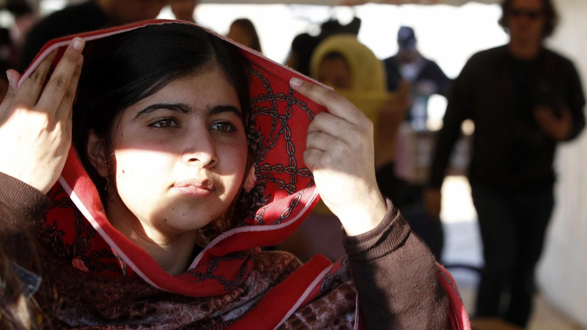 Fotografia de Malala de calças de ganga e saltos altos gera debate online