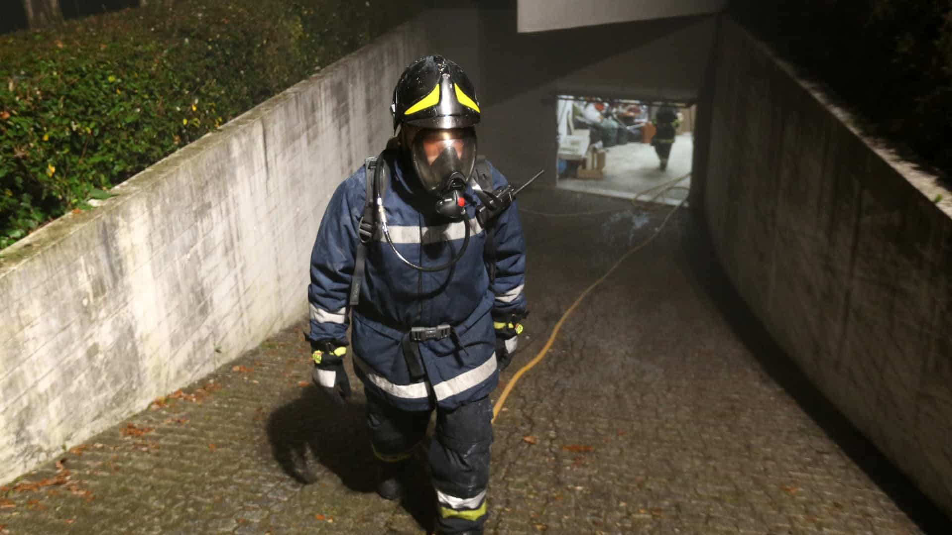 Incêndio destruiu vários carros em parque subterrâneo de Monchique